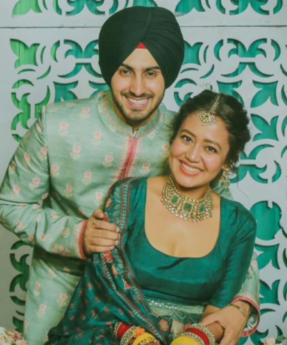 નેહાએ બોટલ ગ્રીન રંગની સુંદર ચણિયાચોળી પહેરી હતી તો બીજી તરફ રોહનપ્રીતને લાઇટ પિસ્તઇ રંગની શેરવાની અને ડાર્ક ગ્રીન રંગની ટરબન પહેરી હતી. અને તેમની આ જોડી સાથે ખૂબ જ સુંદર લાગતી હતી.Photo Credit- @nehakakkar/Instagram
