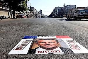 વડોદરા : #BoycottFranceનાં પોસ્ટરો લાગતા માહોલ ગરમાયો, રસ્તા પર મેંક્રોના ચિત્રથી ખળભળાટ