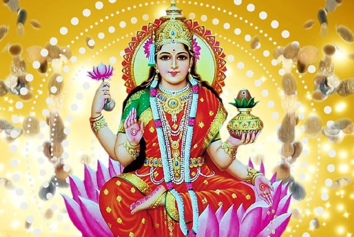દિવાળીએ શ્રીયંત્રનું પૂજન કરો- દિવાળી (Diwali) દેવી લક્ષ્મી (Laxmiji)ની સાથે શ્રીયંત્રનું પણ પૂજન કરવાની પરંપરા છે. આ વખતે ગુરૂ ધન રાશિમાં રહેશે તેથી આ સ્થિતિમાં શ્રીયંત્રનો આખી રાત કાચા દૂધથી અભિષેક કરવો શુભ માનવામાં આવે છે. શનિ પોતાની રાશિ મકરમાં છે અને શનિવારી અમાસનો પણ યોગ બને છે. તેથી આદિવસે તંત્રપૂજાનું પણ વિશેષ મહત્વ રહે છે.