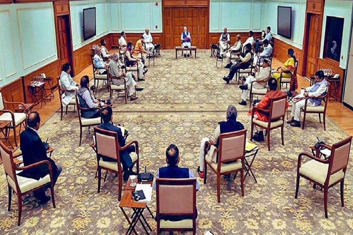 વડાપ્રધાન નરેન્દ્ર મોદી (Prime Minister Narendra Modi) ની અધ્યક્ષતામાં બુધવારે કેન્દ્રીય કેબિનેટ (Cabinet Meeting) અને સીસીઇએ (CCEA) એટલે કે આર્થિક મામલાની સમિતિની બેઠક મળી હતી. આ બેઠકમાં અનેક અગત્યના નિર્ણય લેવામાં આવ્યા છે. મોદી સરકાર (Modi Government)એ લીધેલા આ 4 મોટા નિર્ણયથી દેશની સામાન્ય પર સીધી અસર પડશે. તો જાણીએ કયા ચાર મોટા નિર્ણય લેવામાં આવ્યા છે... (ફાઇલ તસવીર)