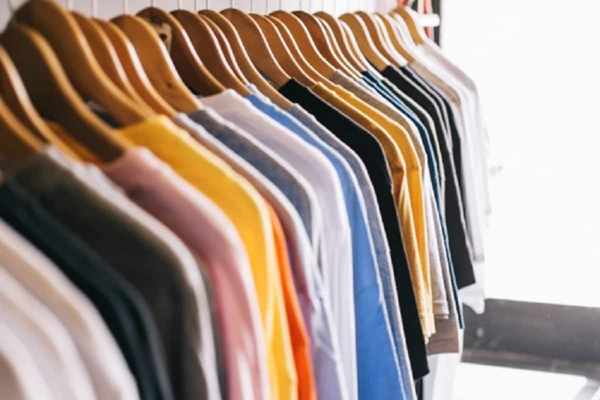 કપડાની વ્યસ્થા કરી લોઃ નવરાત્રીમાં રંગો રંગોને પણ ખાસ મહત્વ હોય છે. આ દરમિયાન ઘાઢ અથવા કાળા રંગના કપડાને હટાવીને નવ દિવસના હિસાબથી સાદા કપડા પહેરવાની વ્યવસ્થા કરવી જોઈએ. (પ્રતિકાત્મ તસવીર)