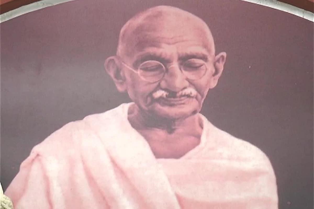 અંકિત પોપટ, રાજકોટઃ આજે રાજકોટ સહિત સમગ્ર વિશ્વભરમાં મહાત્મા ગાંધીના જન્મ જ્યંતીની (Gandhi Jyanti 2020) ઉજવણી કરવામાં આવી રહી છે. ત્યારે શું આપ જાણો છો કે ગાંધીજીની હત્યાનો પ્રયાસ રાજકોટમાં થયો હતો. આખરે કઈ રીતે રાજકોટમાં (Rajkot) વસનાર મોહન ભવિષ્યના બન્યા મહાત્મા ગાંધીજી. ત્યારે જુઓ આ અંગે અમારો આ રિપોર્ટ