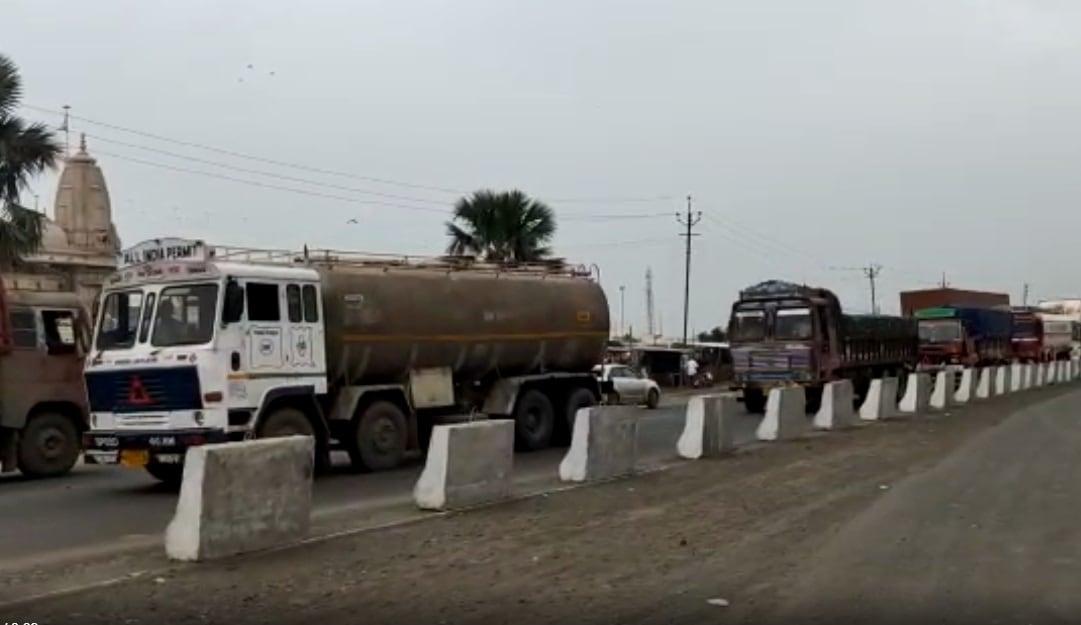 ઉલ્લેખનીય છે કે આ હાઇવે પર કચ્છના કંડલાથી લઈને સૌરાષ્ટ્રના સોમનાથથી આવતા વાહનોની મોટી અવરજવર રહે છે. સૌરાષ્ટ્રથી અમદાવાદ-ઉત્તર ગુજરાત, રાજસ્થાન, સુરત, દક્ષિણ ગુજરાત જતા વાહનો માટે આ હાઇવે પરથી પસાર થવું અનિવાર્ય છે ત્યારે આગામી સમયમાં દિવાળી અને તહેવારોની મોસમમાં આ મુદ્દે ધ્યાન કેન્દ્રીત નહીં થાય તો ડમ્પરોનો ભોગ અનેક નિર્દોષ લોકો બની શકે છે.