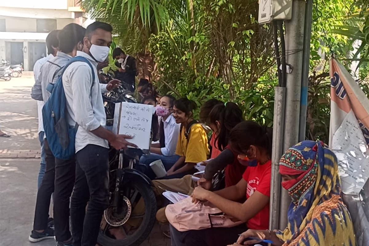 પ્રજ્ઞેશ વ્યાસ, સુરત: શહેરના કાપોદ્રા વિસ્તારમાં આવેલી ધારૂકાવાળા કૉલેજ (Dharukawala College-Surat)માં ફરી એક વખત વિદ્યાર્થીઓ દ્વારા આક્રમક રીતે વિરોધ પ્રદર્શન કરવામાં આવ્યું હતું. આ વિરોધ પ્રદેશન ફી ઘટાડવા માટે કરવામાં આવ્યું હતું. ધારૂકાવાળા કૉલેજના વિદ્યાર્થીઓએ વિરોધના ભાગરૂપે કૉલેજ કેમ્પસ (College Campus)માં અને કેમ્પસની બહાર રોડ પર લોકો પાસેથી ભીખ માંગી હતી. સાથે જ વિદ્યાર્થીઓ (Students)એ આક્ષેપ કર્યો હતો કે સંચાલકોફીઘટાડવા નથી માંગતા, આથી અમે એકબીજાની મદદ કરીશુંઅને ફી ભરીશું.