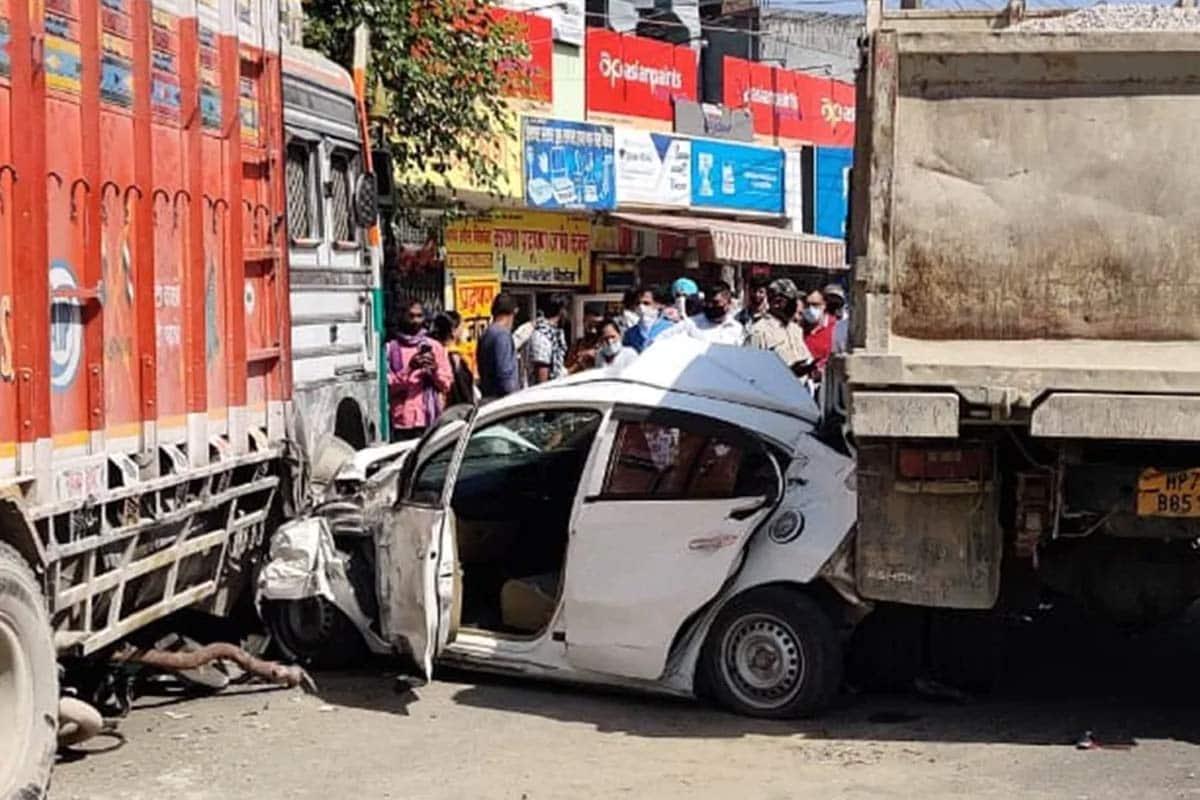 ઉનાઃ હિમાચલ પ્રદેશ (Himachal Pradesh)ના ઉના જિલ્લા (Una District)માં આઈએસબીટી (ISBT)ની પાસે એક ખતરનાક માર્ગ અકસ્માત (Truck Car Dumper Accident)માં કારમાં સવાર પાંચ યુવકોનો (5 passenger narrow escape) આબાદ બચાવ થયો છે. ટ્રક અને ડમ્પરની ઝપટમાં આવેલી કારનો કચ્ચરઘાણ નીકળી ગયો.