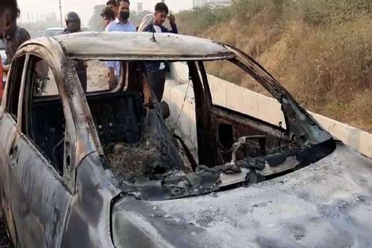 ગુરુગ્રામઃ દેશની રાજધાની દિલ્હી (Delhi)ની પાસે આવેલા ગુરુગ્રામ (Gurugram)માં મંગળવાર મોડી રાત્રે એક દર્દનાક દુર્ઘટના (Accident)માં એક ડૉક્ટરનું કરૂણ મોત થઈ ગયું છે. મૂળે ગુરુગ્રામ – સોહના પર પર ઊભેલા એક કારમાં અચાનક આગ લાગી ગઈ. જેના કારણે કારમાં સવાર 35 વર્ષીય ડૉક્ટર કંવરપાલ ઉર્ફે સોનૂનું કરૂણ મોત (Doctor burnt alive in car) થઈ ગયું. પરંતુ કારમાં આગ અચાનક જ લાગી કે કોઈએ ડૉક્ટરની હત્યા કરીને કારને આગ ચાંપી દીધી તે મામલે પોલીસ તપાસ કરી રહી છે. (Photo: News18)