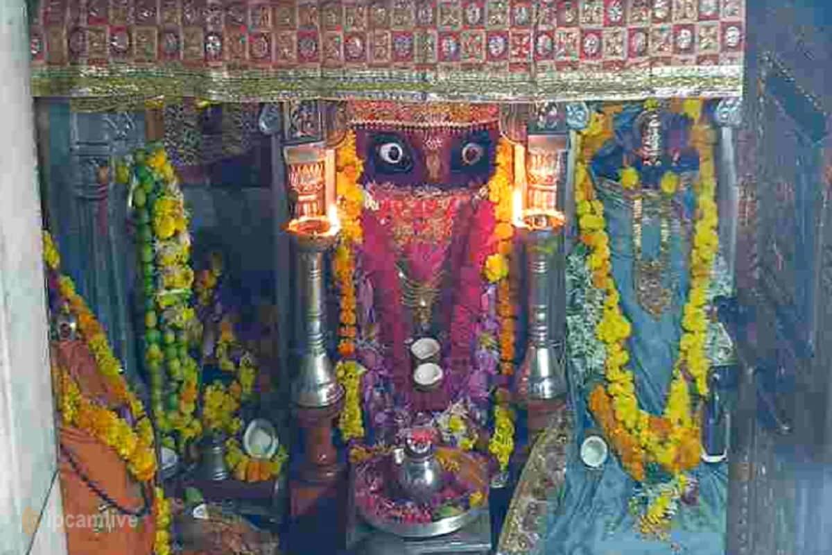 51 શક્તિપીઠોમાંથી એક પાવગઢ (Pavagdh) આદ્યશક્તિશ્રી મહાકાળી માતાજીનું (Mahakali Mata) મંદિર 16 ઓક્ટોબરથી 1 નવેમ્બર સુધી બંધ રાખવાનો નિર્ણય કરવામાં આવ્યો છે. નવરાત્રીનાં (Navratri) પાવન પર્વમાં દેશભરમાંથી પાવાગઢ લાખોની સંખ્યામાં માઇભક્તો દર્શન કરવા માટે આવે છે. જેથી પાવાગઢ ખાતે મોટી સંખ્યામાં ભીડ એકઠી ન થાય અને કોરોના સક્રમણ (Corona pandemic) વધુના ફેલાય તે માટે મંદિર ભક્તજનો માટે બંધ રાખવાનો નિર્ણય લેવામાં આવ્યો છે. માઈભક્તો માટે ઓનલાઇન દર્શનની વ્યવસ્થા કરવામાં આવી છે. તમે www.pawagadhtemple.in પર જઇને માતાજીના લાઇવ દર્શન (live Online Darshan) કરી શકો છો. (આજના દર્શન)