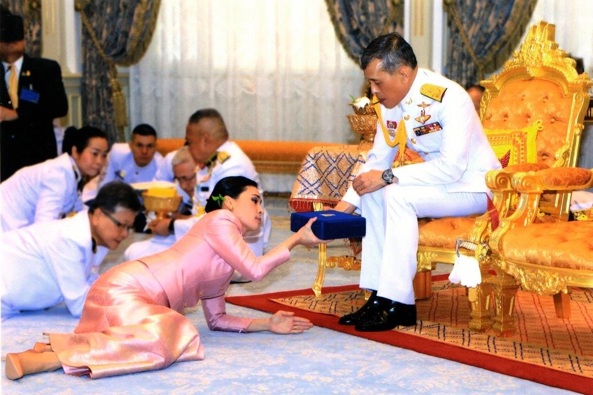 થાઈલેન્ડમાં સરકાર (Thailand Government)ની નીતિઓ વિરુદ્ધ મોટાપાયે વિરોધ પ્રદર્શન થઈ રહ્યા છે. લોકોમાં સરકાર ઉપરાંત થાઈલેન્ડના રાજા મહા વાચિરાલોંગકોંન (King Maha Vajiralongkorn)ની વિરુદ્ધ પણ ભારે ગુસ્સો જોવા મળી રહ્યો છે. વડાપ્રધાન પ્રયુત ચાન ઓચાના પદ છોડવા અને ઇમરજન્સી લાગુ કરવાની ઘોષણા બાદ ચારથી વધુ લોકો એકત્ર થવા પર પ્રતિબંધ છે તેમ છતાંય છેલ્લા એક સપ્તાહથી પ્રદર્શનકર્તા એકત્ર થઈ રહ્યા છે અને રાજતંત્રની વિરુદ્ધ લોકતંત્ર જિંદાબાદ સંબંધી માંગ રજૂ કરી રહ્યા છે. (Photo: AFP)