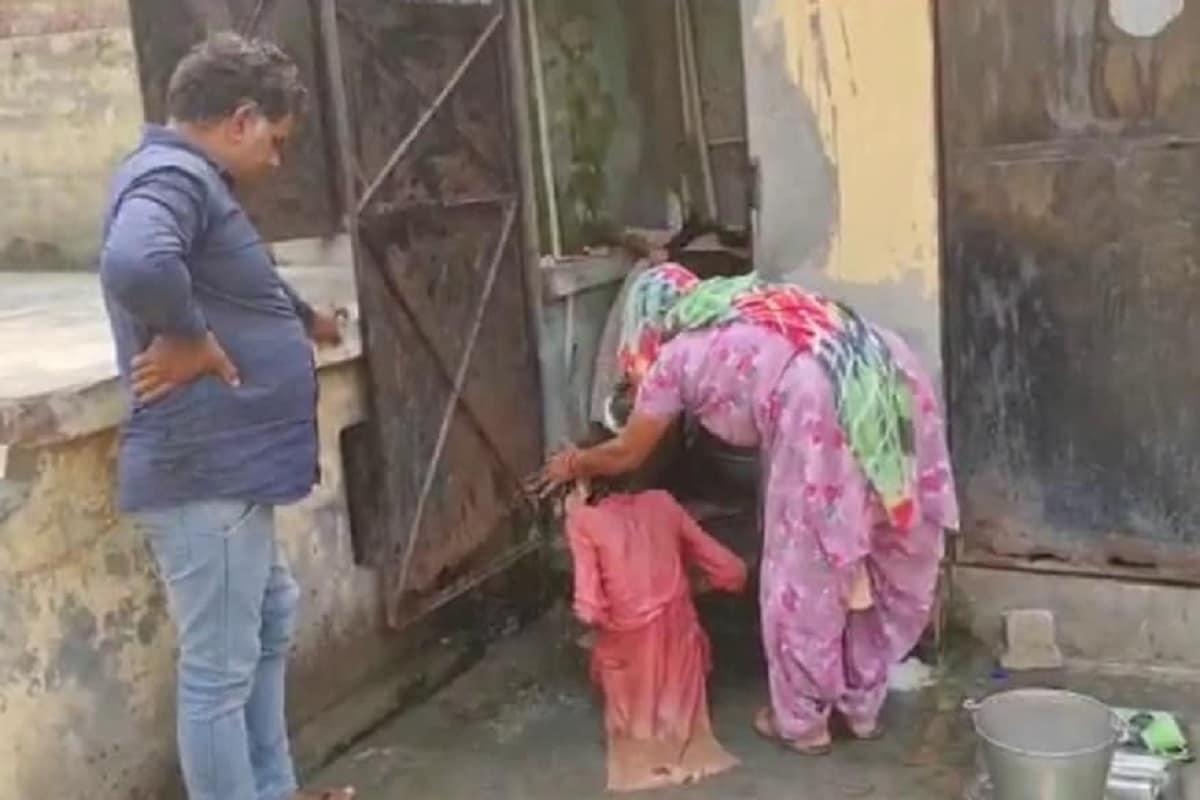 મહિલાના શરીરમાં ફક્ત હાડકાં બચ્યા હતા. બહાર નીકળતાની સાથે જ તેણે પહેલા રોટલી માંગી હતી. પોલીસે દબાણ કર્યું તો નરેશે જ રામરતીને સ્નાન કરાવ્યું હતું. એક મહિલાએ તેની મદદ કરી હતી. કપડા બદલાવીને ભોજન આપ્યું હતું. (Photo: News18)