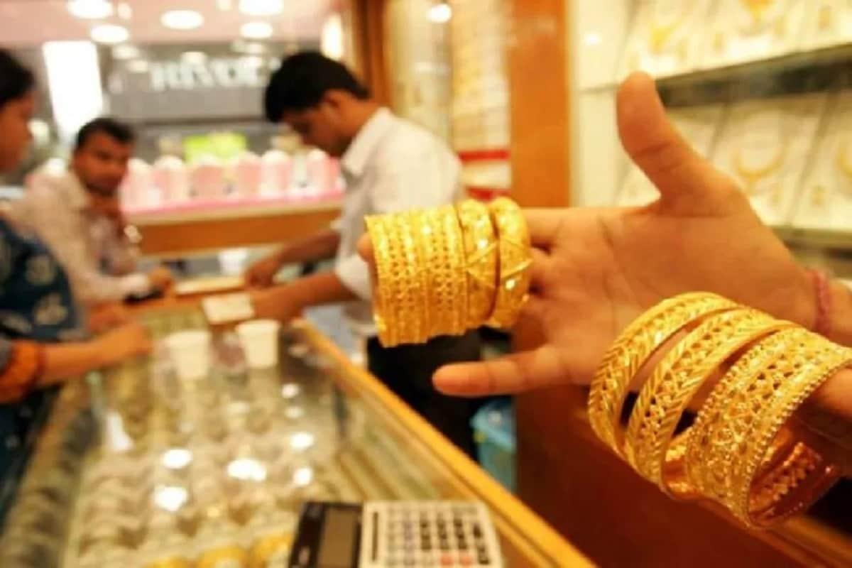 મલ્ટી કોમોડિટી એક્સચેન્જ (MCX)માં ફેબ્રુઆરી ગોલ્ડ (Gold Price) કોન્ટ્રાક્ટનો ભાવ ખુલતી બજારે 0.22 ટકાના વધારા સાથે 50,151 પર વેપાર કરી રહ્યો હતો જ્યારે માર્ચનો ચાંદી વાયદાનો ભાવ 0.97 ટકાના વધારા રાથે 68,756 રૂપિયા પ્રતિ કિલોએ વેપાર કરતો જોવા મળી રહ્યો હતો. પ્રતિકાત્મક તસવીર