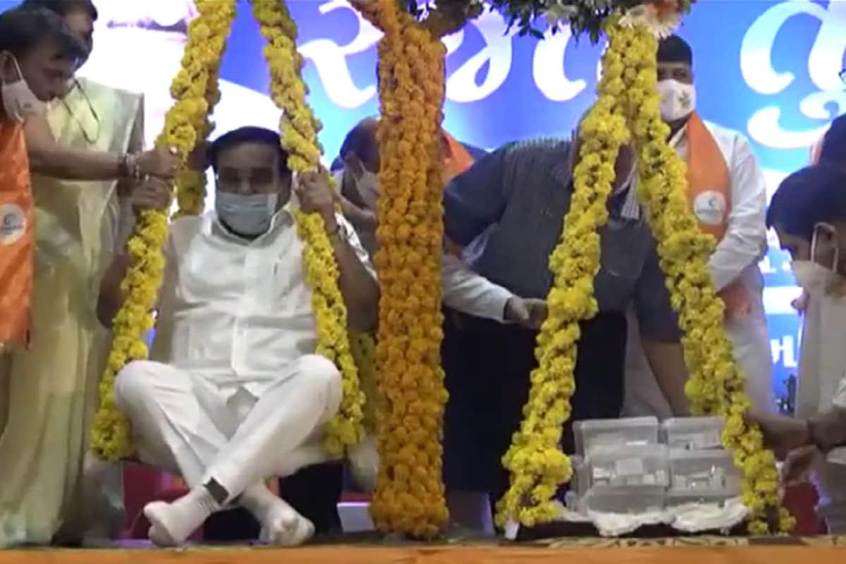 કિર્તેશ પટેલ, સુરત : સુરતના જૈન સમાજ દ્વારા ગુજરાત ભાજપના અધ્યક્ષ સી.આર. પાટીલનું રજતતુલા કરી સન્માન કરવામાં આવ્યું હતું. વેસુનાં વિજયાલક્ષ્મી હોલમાં આજે રાત્રે ૮ વાગ્યે દિવાળીના સપ્તાહ અગાઉ દિવાળી જેવો માહોલ જામ્યો હતો. એકત્ર થયેલા લોકોના ચહેરા પર એક અલગ પ્રકારની ચમક અને અહોભાવ હતા. કેમ કે આ અવસર ભાજપના નેતા સી.આર.પાટીલને વધાવવાનો હતો. ભાજપ શાસનકાળના ઇતિહાસમાં બીજીવાર સુરત શહેરને ગુજરાત ભાજપનું અધ્યક્ષપદ મળ્યુ છે. લોકોની સમસ્યા નિવારવા હમેંશા તૈયાર રહેતા સી.આર.પાટીલનું સુરતનાં જૈન સમાજ દ્વારા રજતતુલા સન્માન કરવામાં આવ્યુ હતું.