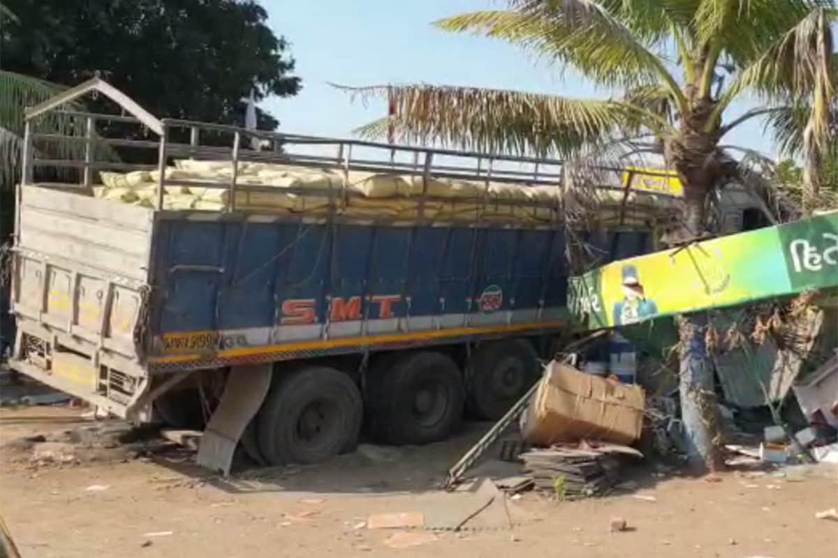 સુરેન્દ્રનગર: રાજ્યમાં અકસ્માત (Accident)નાં બનાવો સતત વધી રહ્યા છે. તેમાં પણ ટ્રક ચાલકો દારૂ પીને વાહન હંકારતા હોય છે ત્યારે અનેક વખત નિર્દોષ લોકોનો ભોગ લેવાતો હોય છે. ચોટીલા હાઇવે (Chotila Highway) પર એક ટ્રક દુકાનમાં ઘૂસી ગયો હોવાનો બનાવ સામે આવ્યો છે. જોકે, સદનસિબે આ બનાવમાં કોઈ જાનહાની નથી થઈ. જોકે, ટ્રક ઘૂસી જવાને કારણે દુકાનનો બુકડો બોલી ગયો છે.