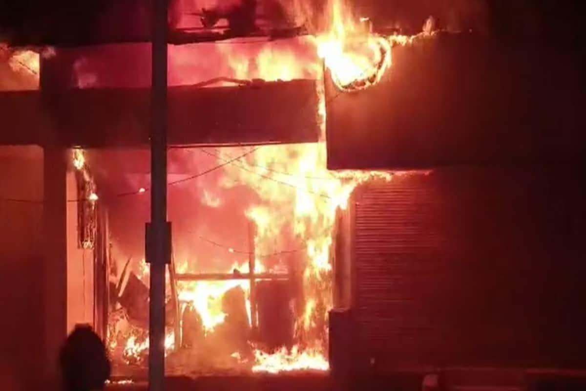અમદાવાદ : અમદાવાદના ઇન્કમટેક્સમાં આવેલા હરસિદ્ધી ચેમ્બરમાં આગ ભભૂકી ઊઠી હતી. અહીંયા એક રેફ્રીજરેટર રિપેરીંગની દુકાનમાં આગ લાગતા ધુમાડાંના ગોટેને ગોટા વળ્યા હતા.જોકે, સ્થાનિકોએ ફાયર બ્રિગેડને જાણ કરતા બંધ દુકાનમાં લાગેલી આગ બુજાવાઈ હતી.