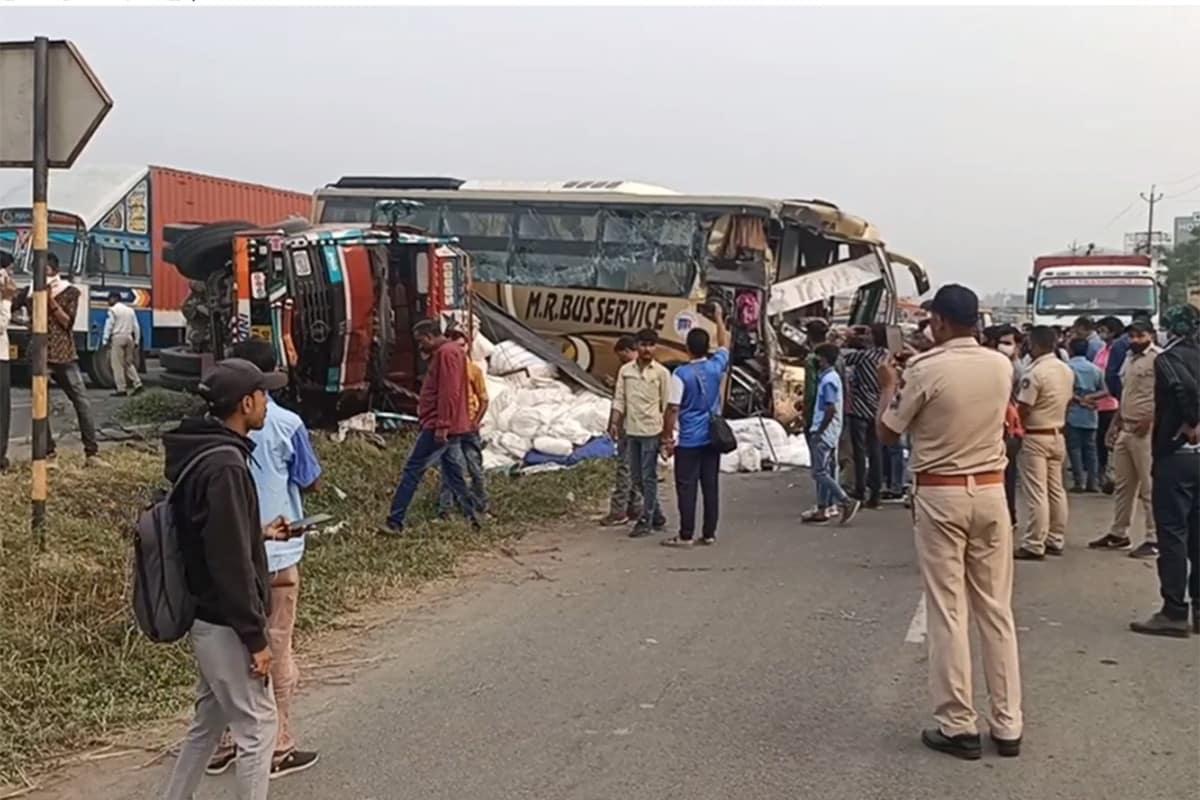 ભરતસિંહ વાઢેર, વલસાડ: વલસાડ નજીક અમદાવાદ-મુંબઈ નેશનલ હાઈવે (Ahmedabad-Mumbai National highway) પર આજે વહેલી સવારે એક ગંભીર અકસ્માત સર્જાયો હતો. ટ્રક (Truck) અને ખાનગી લક્ઝરી બસ (Bus) વચ્ચે સર્જાયેલા અકસ્માતમાં 20થી વધુ લોકોને ઇજા પહોંચી હતી. આ તમામને તાત્કાલિક સારવાર માટે વલસાડની સિવિલ હૉસ્પિટલ (Valsad Civil Hospital) ખાતે ખસેડવામાં આવ્યા હતા. અકસ્માતની જાણ થયા બાદ આસપાસના સ્થાનિક લોકો તાત્કાલિક સારવાર માટે દોડી આવ્યા હતા. અકસ્માતને પગલે થોડા સમયે માટે ટ્રાફિકને પણ અસર પહોંચી હતી.