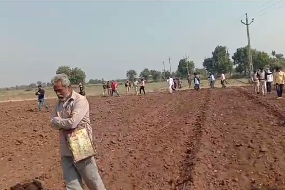 આ અંગે ખેડૂતોએ વિરોધ કરતા વીજ કંપનીએ એસઆરપી બંદોબસ્ત સાથે કામગીરી શરુ કરતા ખેડૂતોમાં રોષ ફેલાયો છે. ખેડૂતોએ વાવેલા ખેતરમાં સંમતી વગર વીજ કંપનીએ વીજ થાંભલા ખોડી દેતા હવે ખેડૂતો આંદોલનનાં મૂડમાં આવી ગયા. ખેડૂતો થાંભલા નાખવા દેવા માટે તૈયાર છે પરંતુ સરકારની ગાઇકલાઇન પ્રમાણે વળતર માંગી રહ્યા છે. બીજી તરફ વાવેતર કરેલા ખેતરમાં પોલ નાખી દેતા ખેડૂતોએ નુકસાન સહન કરવાનો વારો આવ્યો છે.
