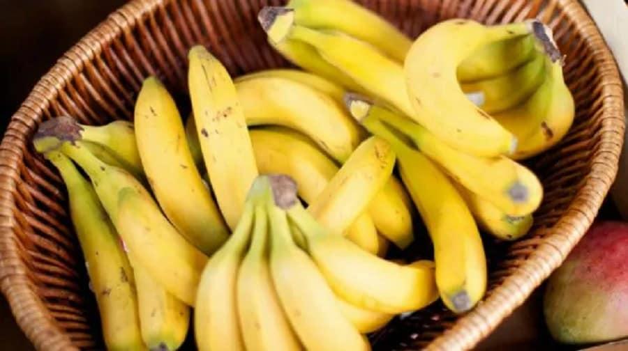 કેળાની છાલ શરીરમાં રહેલા રેડ બ્લડ સેલ્સને તૂટવાથી બચાવે છે. એક શોધમાં સામે આવ્યુ હતુ કે કાચા કેળાની છાલ આ માટે વધારે મદદરુપ બને છે. કેળાની છાલમાં રહેલું લ્યુટીન તત્વ નાઈટ વિઝન માટે જરુરી છે. આ સિવાય તે મોતિયાથી પણ આંખને બચાવે છે. મસા, સોરાયસિસ, ખંજવાળ આવવી, જંતુ કરડી ગયુ હોય, રેશિસ થયા હોય, વગેરે માટે કેળાની છાલ ફાયદાકારક સાબિત થાય છે.