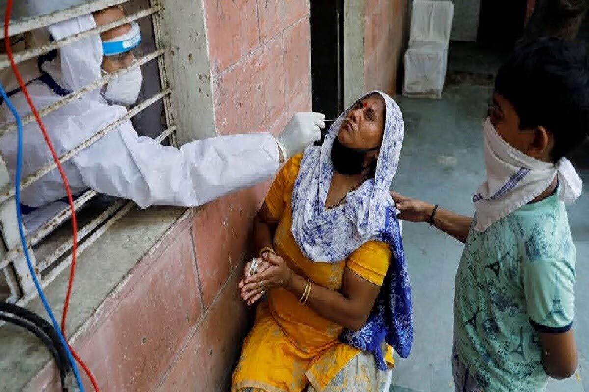 Coronavirus Cases in India Latest News Updates: ભારતમાં રવિવારે 8.76 લાખ કોરોના ટેસ્ટિંગ કરવામાં આવ્યું જે સામાન્ય દિવસોની તુલનામાં ઘણું ઓછું કહી શકાય તેની સીધી અસર નવા કેસો નોંધાવામાં પણ જોવા મળી છે. પરંતુ સૌથી ચિંતાજનક સ્તરે પહોંચી રહ્યો છે અને હવે કોરોના સંક્રમણના કુલ કેસ 94 લાખના આંકને પણ પાર થઈ ગયો છે. સોમવારે કેન્દ્રીય સ્વાસ્થ્ય વિભાગ દ્વારા જાહેર કરવામાં આવેલા આંકડાઓ મુજબ, છેલ્લા 24 કલાકમાં દેશમાં 38,772 નવા પોઝિટિવ કેસો નોંધાયા છે. આ ઉપરાંત કોવિડ-19 (COVID-19)ના કારણે 443 દર્દીઓએ પોતાના જીવ ગુમાવ્યા છે. દેશમાં હવે કુલ સંક્રમિતોની સંખ્યા વધીને 94,31,692 થઈ ગઈ છે. (પ્રતીકાત્મક તસવીર)