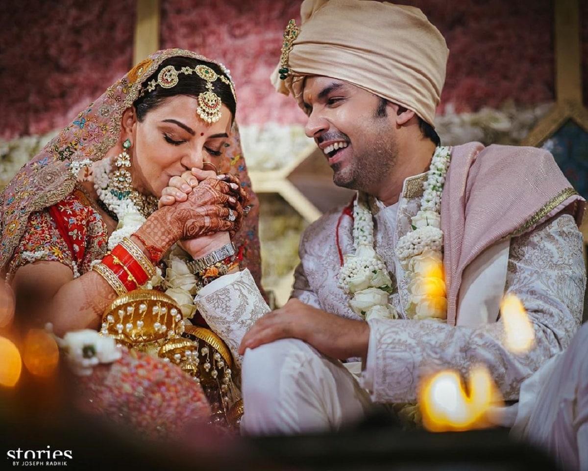 લગ્નમાં કાજલ ખુબજ સુંદર દેખાતી હતી. તેમનાં લગ્નની તસવીરોમાં રોયલ વેડિંગની ઝલક જોવા મળે છે. કાજલે તેનાં ઇન્સ્ટાગ્રામ પેજ પર લગ્નની ત્રણ તસવીરો શેર કરી હતી જેમાં એક તસવીરમાં તે તેનાં પતિ ગૌતમનો હાથ ચુમતી નજર આવે છે. તો બીજી તસવીરમાં તે બંને એકબીજાનાં માથે પાન મુકીને એકબીજાને જોતા નજર આવે છે.