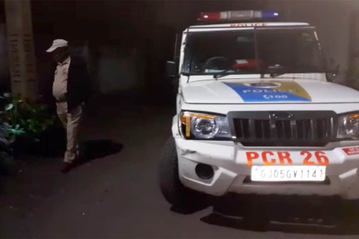 મળતી માહિતી પ્રમાણે સુરતના કતારગામ ફુલપાડા વિસ્તારમાં રવિવારની રાત્રે એક યુવાનની હત્યા કરી નાખવામાં આવી હતી. આ મામલે પોલીસે ચાર લોકોની ધરપકડ કરી છે. આ હત્યા પાછળ જૂની અદાવત અથવા હપ્તાખોરી હોવાનું સામે આવ્યું છે. આ કેસમાં પોલીસે જે લોકોની ધરપકડ કરી છે તેઓ એક જ પરિવારના છે. પોલીસે આરોપીઓના ઘરની તપાસ કરતા ત્યાંથી બે બંદૂક પણ મળી આવી છે. આ કેસમાં આગામી દિવસોમાં પોલીસ વધારે લોકોની ધરપકડ કરે તેવી પણ શક્યતા છે.