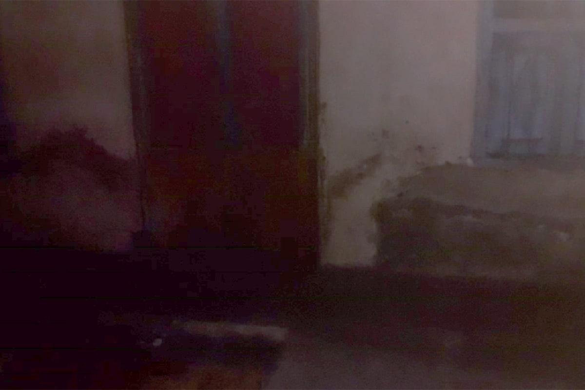રસ્તામાં જ હત્યા: મળતી માહિતી પ્રમાણે રાજા નામનો શખ્સ મૂળ ઓડિશાનો હતો. જે વર્ષોથી સુરતમાં રહેતો હતો. મૃતકના ભાઈ સુમિતના કહેવા પ્રમાણે તે કતારગામ ગીતાનગરમાં ઘર નજીક પાનનો ગલ્લો ચલાવીને ગુજરાન ચલાવે છે. રવિવારની રાત્રે 8-10 લોકોએ રાજા પર હુમલો કર્યો હતો. હુમલો કરનાર લોકોમાં મહિલાઓ પણ સામેલ હતી. તમામ લોકોએ ચપ્પાના ઘા મારીને રાજાને પતાવી દીધો હતો. રસ્તા પર જ રાજાનો મૃતદેહ છાતીમાં ચપ્પુ હુલાવી દીધેલી હાલતમાં મળ્યો હતો.