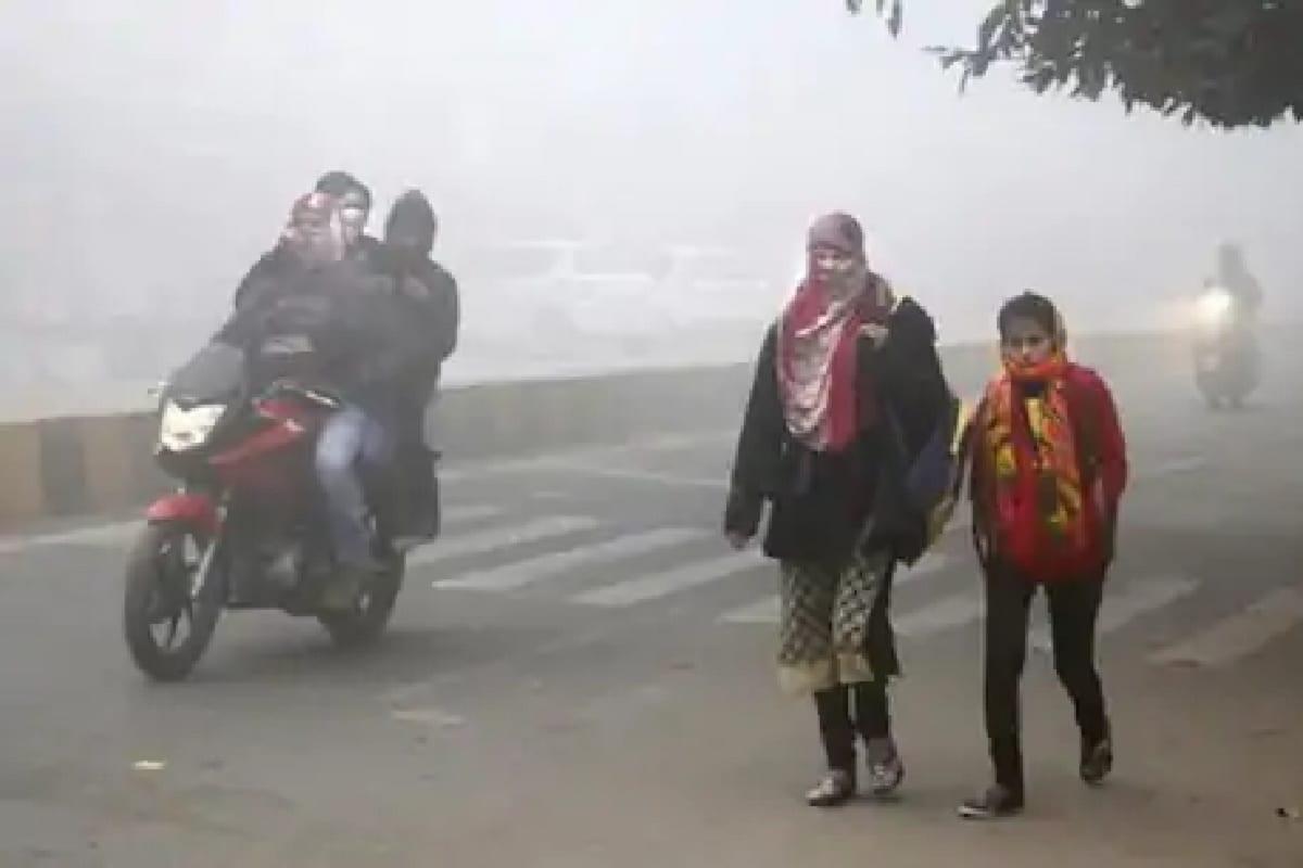 રાજ્યમાં (Gujarat) ઉતરપૂર્વના પવનનો ફૂંકાય રહ્યા છે અને શિયાળાની (winter) શરૂઆત પણ થઈ ગઈ છે. વહેલી સવારે અને સાંજથી ઠંડીનો અહેસાસ થઈ રહ્યો છે. ત્યારે હવામાન વિભાગે આગાહી કરી છે કે, આગામી બે દિવસમાં લઘુતમ તાપમાન 2થી 3 ડીગ્રી ઘટશે. આ સાથે 22 ડિસેમ્બર સુધી ગાત્રો થીજવતી ઠંડીની શક્યતા પણ વ્યક્ત કરી છે. જેથી ધીરે ધીરે ઠંડીનો ચમકારો વધશે. જોકે, લઘુતમ તાપમાન 15 ડિગ્રીએ પહોંચ્યું છે અને હવે તાપમાનમાં ઘટાડો નોંધાશે.