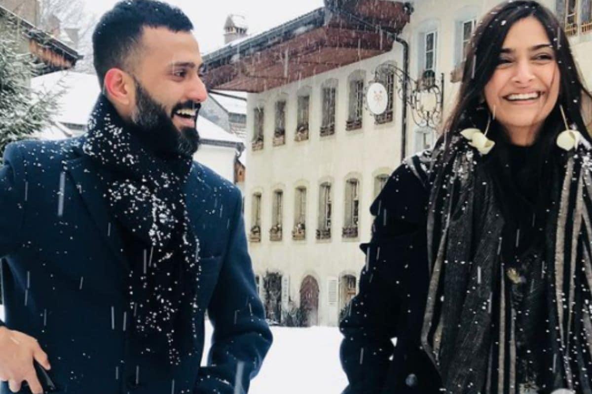 એન્ટરટેઇનમેન્ટ ડેસ્ક: બોલિવૂડ એક્ટ્રેસ સોનમ કપૂર (Sonam Kapoor) હાલમાં પતિ આનંદ આહૂજા (Anand Ahuja)ની સાથે ક્વોલિટી ફેમિલી ટાઇમ વિતાવી રહી છે. સોનમ તેનાં ફેન્સની સાથે જોડાયેલી રહેવા માટે સોશિય મીડિયા (Social Media) પર ઘણી એક્ટિવ છે. અને અવાર નવાર તે તેનાં પતિ સાથેની ક્યૂટ સેલ્ફી શેર કરતી રહે છે. આ વચ્ચે સોનમ કપૂરે તેનાં પતિ આનંદ આહૂજા સાથેની કેટલીક તસવીરો ઝડપથી વાયરલ થઇ રહી છે. આ તસવીર ખુદ સોનમે શેર કરી છે. (Photo Credit: Instagram/@sonamkapoor)