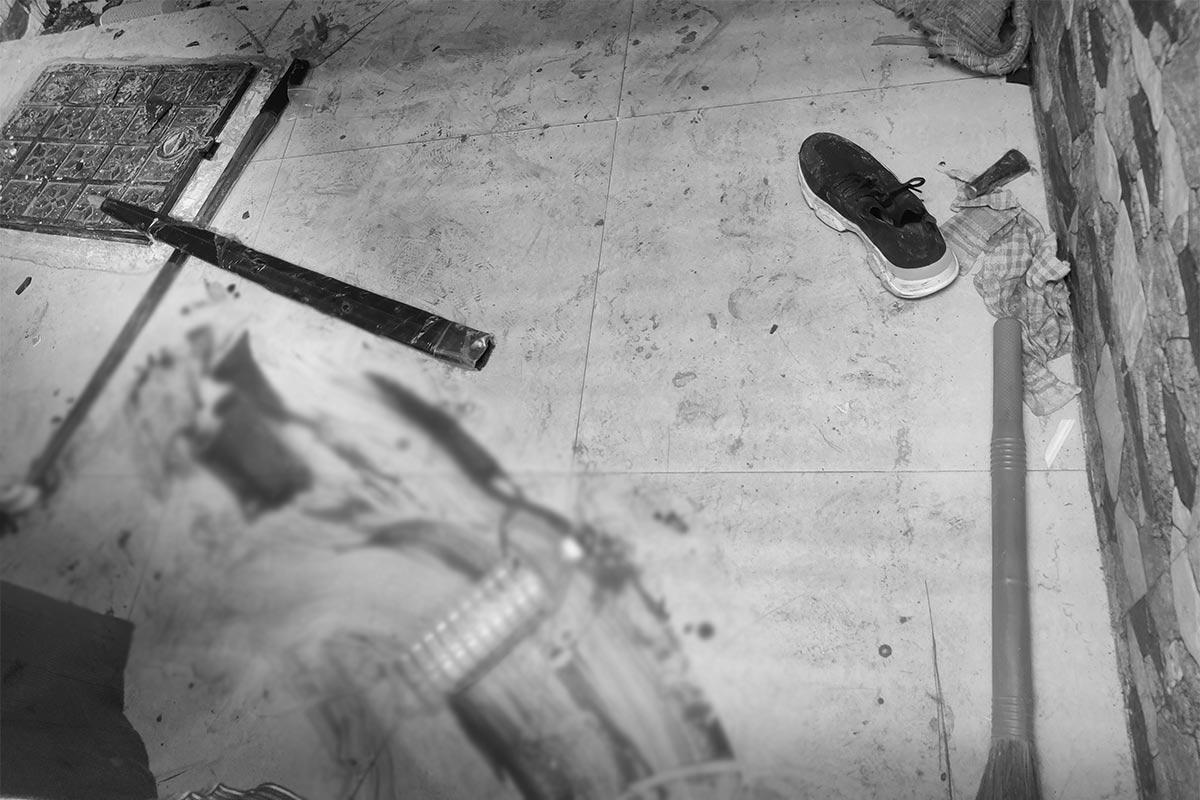 વહેલી સવારે ખેલાયેલા આ ખૂની ખેલમાં હત્યા કરનાર પ્રદીપનો કૌટુંબિક બનેવી છે. પોલીસ માટે માથાનો દુઃખાવો બની ગયેલો પ્રદીપ પોલીસ સ્ટેશનમાં પણ માથા પછાડીને આંતક મચાવતો હતો. આજે સવારે ચાણક્યપુરી વિસ્તારમાં આવેલા પુરષોતમનગર વિભાગ-2માં રહેતા પ્રદીપ ઉર્ફે માયા ડોનના ઘરમાં બનેવી અનીષ પાંડે સહિત કેટલાક લોકો તલવારો લઇને આવ્યા હતા તેના પર જીવલેણ હુમલો કર્યો હતો.