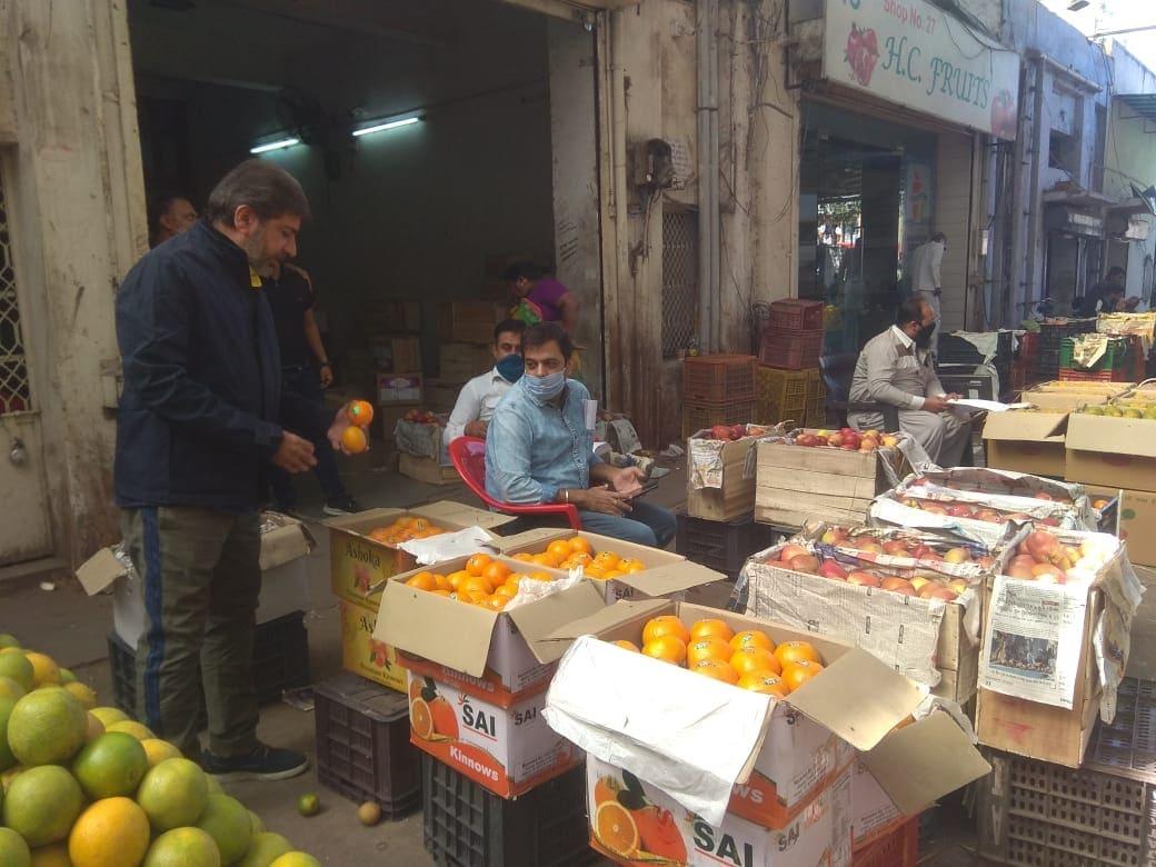 લછમન ભાઈએ ઉમેર્યુ કે 'બજારમાં સામાન્ય કેરી જો 30થી 35 રૂપિયા કિલો હોય તો A1 ક્વોલીટીના ફળની કિંમત 60થી 70 રૂપિયા કિલો થાય છે. તેના બદલામાં અમે ખેડૂતોને પેસ્ટીસાઈડ અને બોક્સ પેકિંગ મટીરીયલ આપીએ છીએ. જો ખેડૂત સક્ષમ ન હોય તો 10થી 20 લાખ રૂપિયાની મદદ પણ કરીએ છીએ.'