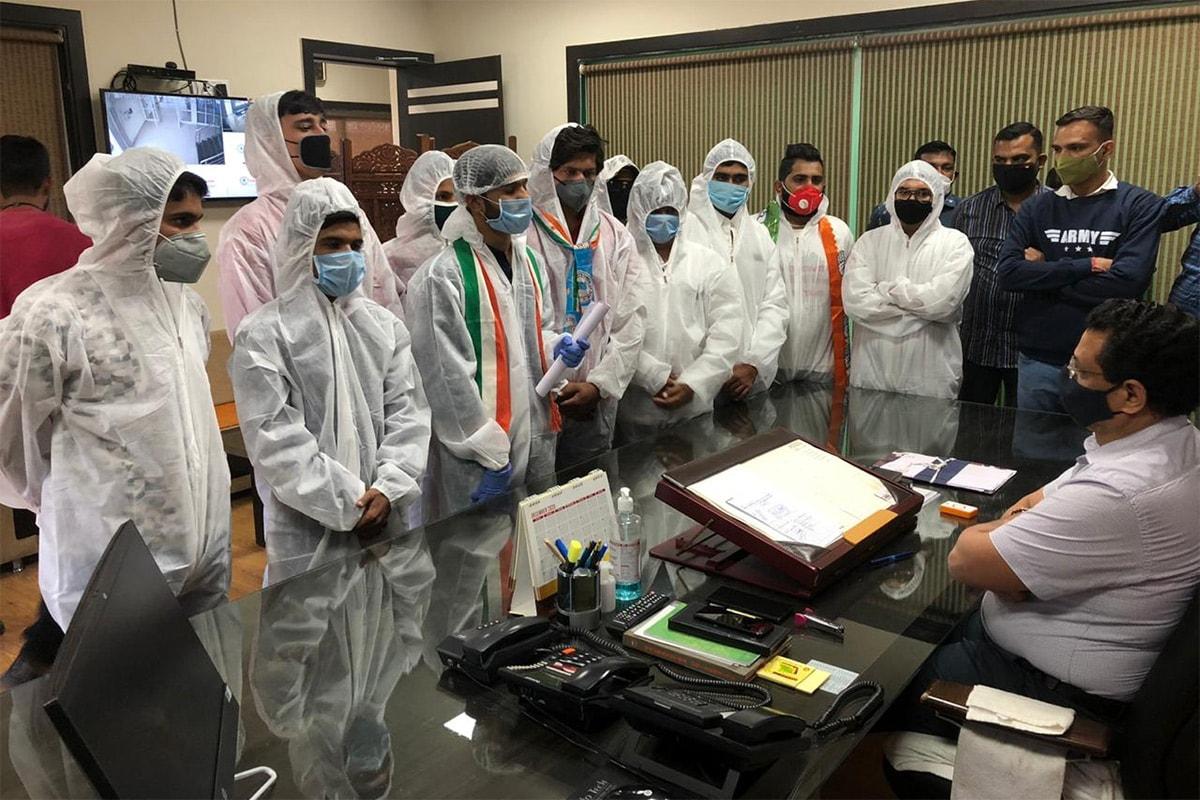 અંકિત પોપટ, રાજકોટ: શુક્રવારે સૌરાષ્ટ્ર યુનિવર્સિટી ખાતે NSUIના હોદેદારો અને કાર્યકર્તાઓ દ્વારા PPE કીટ પહેરેની વિરોધ પ્રદર્શન કરવામાં આવ્યું હતું. NSUIના આગેવાનો અને કાર્યકર્તાઓ દ્વારા આગામી 10 તારીખના રોજ શરૂ થનારી પરીક્ષા મોકૂફ રાખવાની માંગ કરવામાં આવી હતી .અત્રે એ પણ નોંધવું રહ્યું કે ગત પહેલી ડિસેમ્બરથી સૌરાષ્ટ્ર યુનિવર્સિટીની સંલગ્ન કૉલેજોના 51 હજારથી વધુ વિદ્યાર્થીઓની પરીક્ષા શરુ થવાની હતી જે કોરોના સંક્રમણમાં વધારો થવાના કારણે હાલ હાલ મોકૂફ રાખવામાં આવી છે.