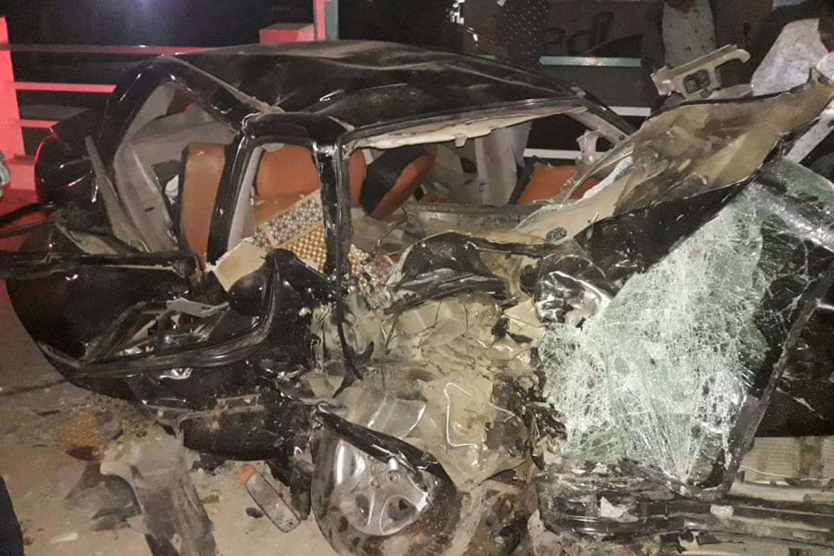 બનાસકાંઠા: રાજ્યમાં દિવસેને દિવસે રોડ અકસ્માત (Indian Road Accident)ના બનાવો વધી રહ્યા છે. રોડ પર બેફામ ગતિએ વાહન હંકારવાને લઈને થતાં અકસ્માતમાં જાનહાની વધી રહી છે. મંગળવારે સાંજે પાલનપુર-આબુ હાઇવે (Palanpur-Mount Abu Highway) ઉપર સાંઈબાબાના મંદિર થયેલા એક અકસ્માતમાં ત્રણ પિતરાઈ ભાઈઓનાં નિધન થયા છે. અહીં આબુરોડ તરફથી આવતી એક ફોર્ચ્યુનર કારે ડિવાઈડર કૂદીને હાઇવેની સામેની બાજુએ આવી રહેલી કાર અને બાઇકને ટક્કર મારી હતી. અકસ્માતમાં સામેની કારમાં સવાર ત્રણ નિર્દોષ પિતરાઈ ભાઈઓએ જીવ ગુમાવ્યો છે.