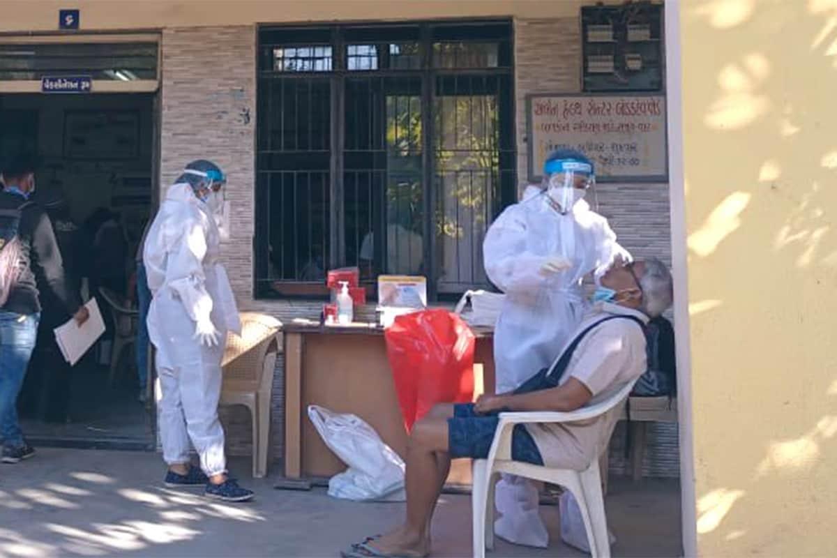 Coronavirus Cases in India Latest News Updates: ભારતમાં કોરોના સંક્રમિતના કારણે થયેલા મોતની સંખ્યા 1.40 લાખને પાર થઈ ગયો છે. તેની સાથે જે કુલ સંક્રમિતોની સંખ્યા 96.44 લાખને પાર થઈ ગઈ છે. રવિવારે કેન્દ્રીય સ્વાસ્થ્ય વિભાગ દ્વારા જાહેર કરવામાં આવેલા આંકડાઓ મુજબ, છેલ્લા 24 કલાકમાં દેશમાં 36,011 નવા પોઝિટિવ કેસો નોંધાયા છે. આ ઉપરાંત કોવિડ-19 (COVID-19)ના કારણે 482 દર્દીઓએ પોતાના જીવ ગુમાવ્યા છે. દેશમાં હવે કુલ સંક્રમિતોની સંખ્યા વધીને 96,44,222 થઈ ગઈ છે. (પ્રતીકાત્મક તસવીર)