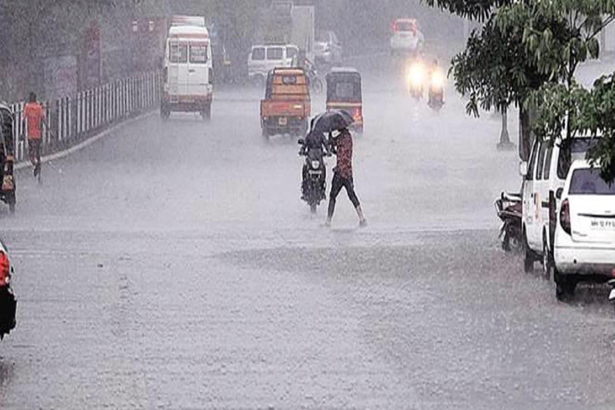 અરવલ્લી, પંચમહાલ, દાહોદ, મહીસાગર જિલ્લામાં કમોસમી વરસાદ થશે :અમદાવાદ શહેરમાં ઠંડીનું પ્રમાણ ઘટ્યું છે પરંતુ વાતાવરણ પલટો જોવા મળી રહ્યો છે.વહેલી સવારથી જ ધુમ્મસ ભર્યું વાતાવરણ રહ્યું છે.વાતાવરણ માં આવતા બદલાવના કારણે શિયાળુ પાકને નુકસાન થઈ રહ્યું છે સાથે લોકોના સ્વાસ્થ્ય પર પણ અસર થશે.