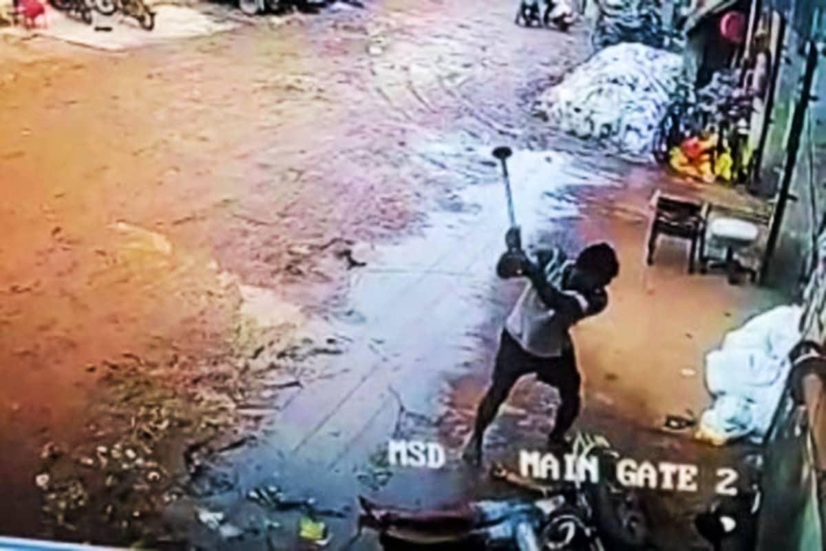 કિર્તેશ પટેલ, સુરત : ગઈકાલે સુરત શહેરમાં 24 કલાકની (Surat Murder) અંદર જ હત્યાની બીજી ઘટના સામે આવી હતી. જોકે, આ હત્યાની ઘટના એટલી હચમચાવી નાખનારી છે કે કોઈ પણ વ્યક્તિનું કાળજું કંપની ઉઠે. હત્યાની ઘટનાનો લાઇવ વીડિયો સીસીટીવીમાં (CCTV) કેદ થયો છે જેમાં ખૂની ખેલ ખેલનાર આરોપીએ બોથડ પદાર્થ વડે મરણજનાર વ્યક્તિનો શ્વાસ ન છૂટ્યો ત્યાં સુધી તેને ફટકા માર્યા હતા. દરમિયાન આસપાસ એકઠા થયેલા લોકો સમગ્ર ઘટના જોતા રહ્યા પરંતુ કોઈ છોડવવા માટે વચ્ચે આવ્યું નહોતું.