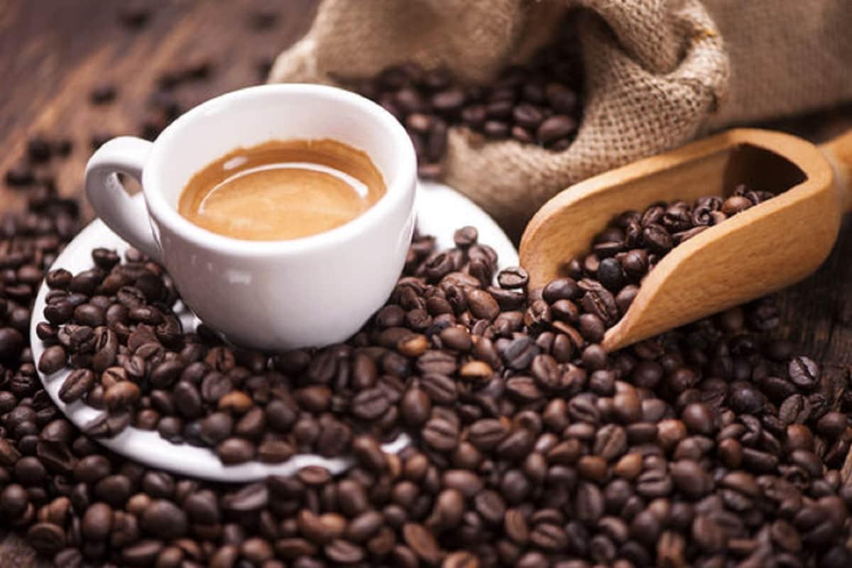 2. કૉફી - કૉફી લવર્સ માટે સારા સમાચાર છે. નિયમિત કૉફી અને સ્વસ્થ ફેફસાં વચ્ચે કનેક્શન છે. આ કેફીનના કારણે હોઇ શકે છે, જે એન્ટી ઈન્ફ્લેમેટરી ગુણથી ભરપૂર હોય છે અને પૉલીફેનોલ, જે એન્ટીઑક્સિડેન્ટનો પણ ઉચ્ચ સ્ત્રોત છે. આ તમામ ફેફસાંને હેલ્ધી રાખી શકે છે.