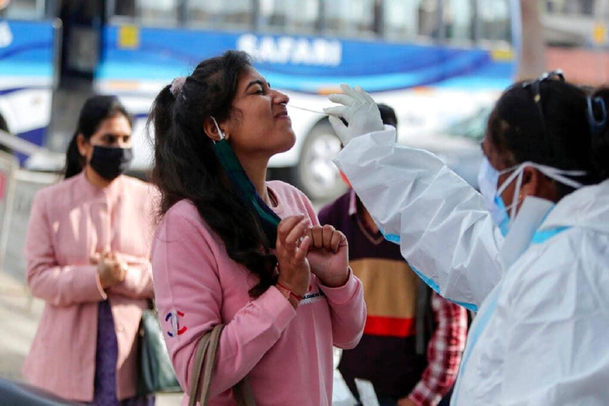 Coronavirus Cases in India Latest News Updates: દિવાળીના તહેવારોમાં કોરોનાવાયરસના સંક્રમણના કેસોમાં જોરદાર ઉછાળો જોવા મળ્યો હતો જે હવે ધીમેધીમે કાબૂમાં આવી રહ્યો હોય તેવું લાગી રહ્યું છે. ગુરૂવારે કેન્દ્રીય સ્વાસ્થ્ય વિભાગ દ્વારા જાહેર કરવામાં આવેલા આંકડાઓ મુજબ, છેલ્લા 24 કલાકમાં દેશમાં 31,522 નવા પોઝિટિવ કેસો નોંધાયા છે. આ ઉપરાંત કોવિડ-19 (COVID-19)ના કારણે 412 દર્દીઓએ પોતાના જીવ ગુમાવ્યા છે. દેશમાં હવે કુલ સંક્રમિતોની સંખ્યા વધીને 97,67,372 થઈ ગઈ છે. (પ્રતીકાત્મક તસવીર)