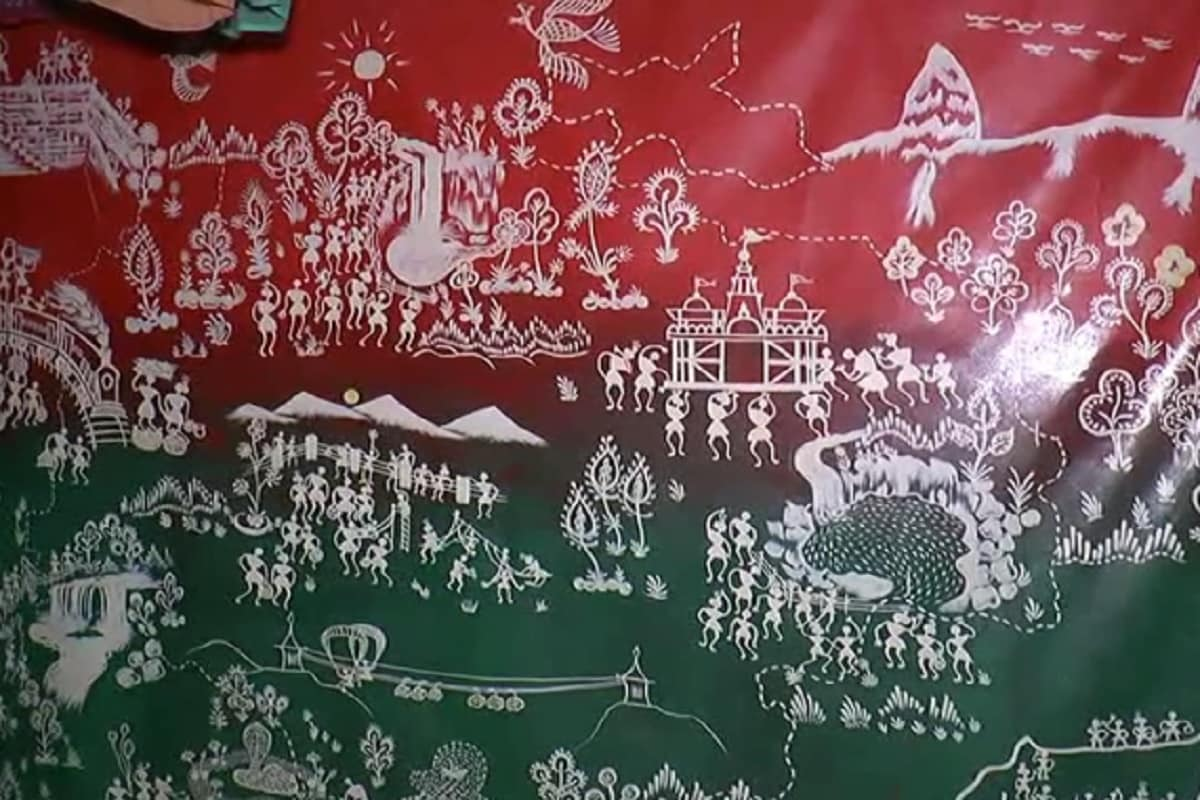 કેતન પટેલ, ડાંગ : વારલી ચિત્રકળા એ ગુજરાત રાજ્યના ડાંગ , વાંસદા,ધરમપુર અને તેને અડીને આવેલા મહારાષ્ટ્રના પર્વતીય વિસ્તારમાં રહેતા વારલી સમાજના લોકોની પરંપરાગત ચિત્રકળા છે. ચોખાના લોટથી બનાવેલ સફેદ રંગથી લાલ રંગની દીવાલ ઉપર પ્રસંગો મુજબ વિવિધ આકાર આપવામાં છે.વારલી સમાજમાં જેના ઘરે શુભ પ્રસંગ હોય કે તહેવાર હોય ત્યારે, લાલ રંગના ગેરુ વડે રંગાયેલ કાચી છાણ માટીની લીપણવાળી ભીત પર ચોખાના લોટ સાથે ગુંદર ભેળવીને બનાવવામાં આવેલ સફેદ રંગ વડે પ્રસંગો અનુરૂપ ચિત્રો દોરવાની પરંપરા છે. ખેતરમાં નવા પાક આવતા પણ લોકો ઉત્સવ ઉજવે છે અને ઘરોમાં આ ચિત્રો ચીતરાવે છે.