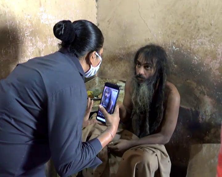 ન્યૂઝ 18 ગુજરાતી મહેતા પરિવાર ની આજુબાજુમાં રહેતા લોકો સાથે પણ વાતચીત કરવાનો પ્રયત્ન કર્યો હતો ત્યારે લોકોનું પણ કહેવું હતું કે છેલ્લા છએક વર્ષ સુધી તો આ તમામ ત્રણેય ભાઈ-બહેનો ઘરની અંદર જ રહે છે તો એક સમયે આ તમામ ત્રણેય ભાઈબહેન ભણવામાં ખૂબ જ આગળ પડતા હતા.