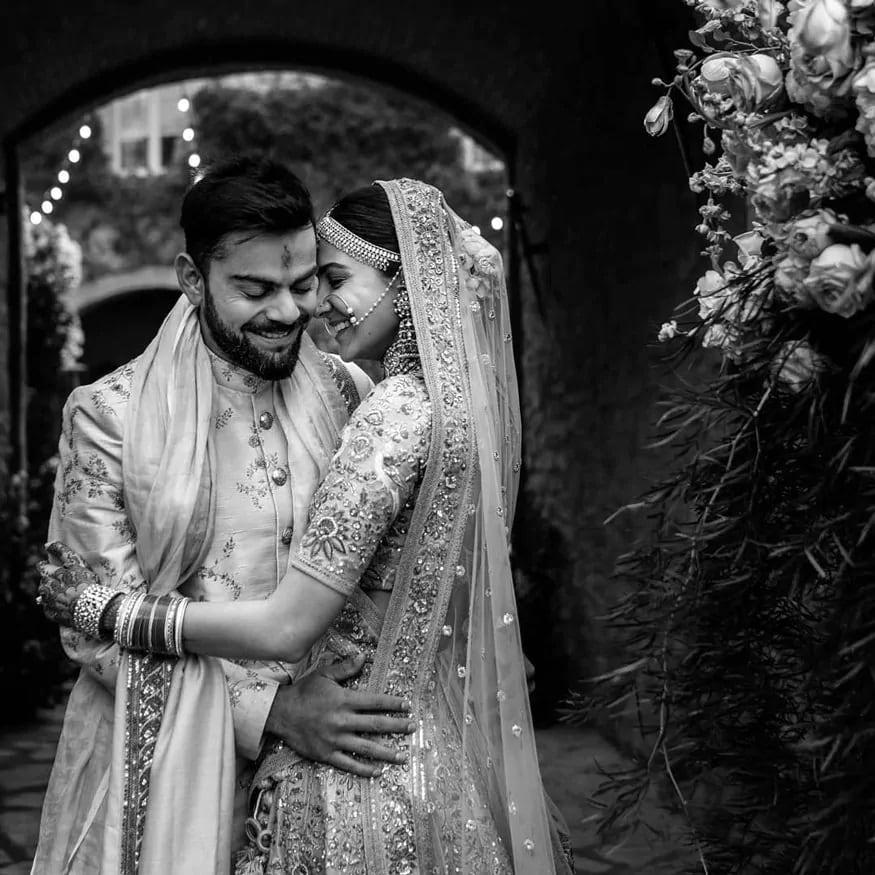11 ડિસેમ્બર 2017નાં બોલિવૂડ અને ક્રિકેટનાં દિગ્ગજ અનુષ્કા અને વિરાટે સૌનાંથી છુપાવીને ગુપ્ત રીતે લગ્ન કરી લીધા. આ લગ્ન તેમણે ઇટાલીમાં કર્યા હતાં. જે તે વર્ષનાં સૌથી ચર્ચિત લગ્નમાંથી એક હતાં. બંનેનાં લગ્નમાં નિકટનાં લોકો અને મિત્રો જ હાજર હતાં જેની તસવીરો સોશિયલ મીડિયામાં ખુબજ વાયરલ થઇ હતી.