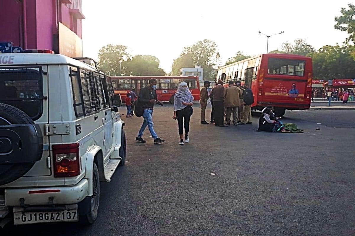એએમટીએસ તરફથી મળેલી માહિતી મુજબ લાલ દરવાજા થી કાલુપુર રૂટ નં. ફીડર. 7 બસ કાલુપુર થી લાલા દરવાજા આવી રહી હતી . તે સમયે લાલ દરવાજા એએમટીએસ ટર્મિનલ પાસે અકસ્માત સર્જાયો હતો .બસ નં. TBO. 3 રજી નં. GJ01-FT-0958 પ્રા.ડ્રાય.ઝિયાઉદ્દીન એન પઠાણ બેજ નં.2957 અને કંડક્ટર બેજ નં. PVT.4363 ના ચાર્જ દરમિયાન 16:15 વાગે કાલુપુરથી ઉપડી લાલ દરવાજા તરફઆવી રહ્યા હતા. ત્યારેઆશરે 16:25 વાગ્યેલાલ દરવાજા મામલતદાર ઓફિસના વણાંકમાં પ્લેટફોર્મ નં.1 ની સામે સ્નાનાગર જવાના મુખ્ય માર્ગ ઉપર એક રાહદારી મહિલાપસાર થઇ રહી હતી.