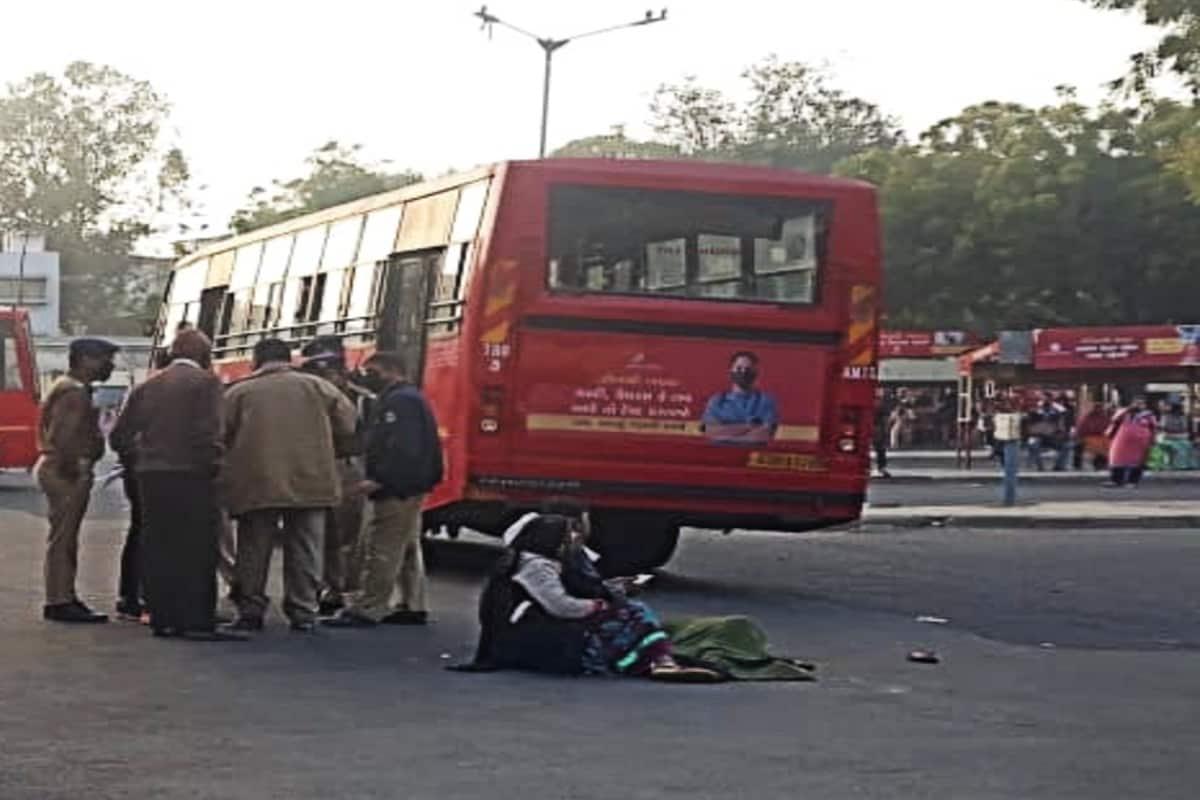 પ્રણવ પટેલ, અમદાવાદ : અમદાવાદ શહેરમાં (Ahmedabad) બીઆરટીએસ અકસ્માત બાદ હવે એએમટીએસ અકસ્માત નડ્યો છે . લાલ દરવાજા એએમટીએસ બસ ટર્મિનલ (AMTS Laldarvaja) પાસે જ 62 વર્ષીય મહિલાને અટફેટે આવતા ઘટના સ્થળ પર જ મોત થયું છે . પોલીસ દ્વારા પંચનામુ કરવાની કાર્યવાહી હાથ ધરવામાં આવી છે .