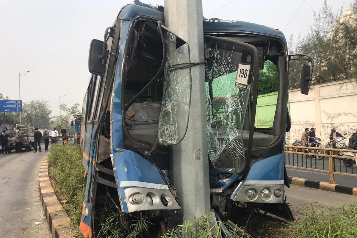 અમદાવાદ: લોકોની સુખાકારી માટે દોડાવવામાં આવતી બીઆરટીએસ બસ (Ahmedabad BRTS bus accident)ને વધુ એક અકસ્માત નડ્યો છે. આ અકસ્માતમાં ડ્રાઇવર સહિત ચાર જેટલા મુસાફરોને ઈજા પહોંચી હોવાની માહિતી મળી છે. અકસ્માત બાદ બસના આગળના ભાગનો ભુક્કો બોલી ગયો હતો. બસનું આગળનું ટાયર ફાટ્યા બાદ ડ્રાઇવરે સ્ટિયરિંગ પરથી કાબૂ ગુમાવી દીધો હતો અને બસ સીધી જ બીઆરટીએસના ટ્રેક વચ્ચે આવેલા ડિવાઇડર પર બનાવવામાં આવેલા સાઇન બોર્ડના પોલ સાથે અથડાઈ હતી. ટક્કર એટલી જોરદાર હતી કે બસના આગળના ભાગનો કચ્ચરઘાણ વળી ગયો હતો. સદનસિબે પોલ તૂટ્યો ન હતો નહીં તો મોટી જાનહાની થઈ શકતી હતી. આ બસ ઇસ્કોન બ્રિજ તરફથી શિવરંજની તરફ જઈ રહી હતી. (ઇનપુટ/તસવીરો: પ્રણવ પટેલ)