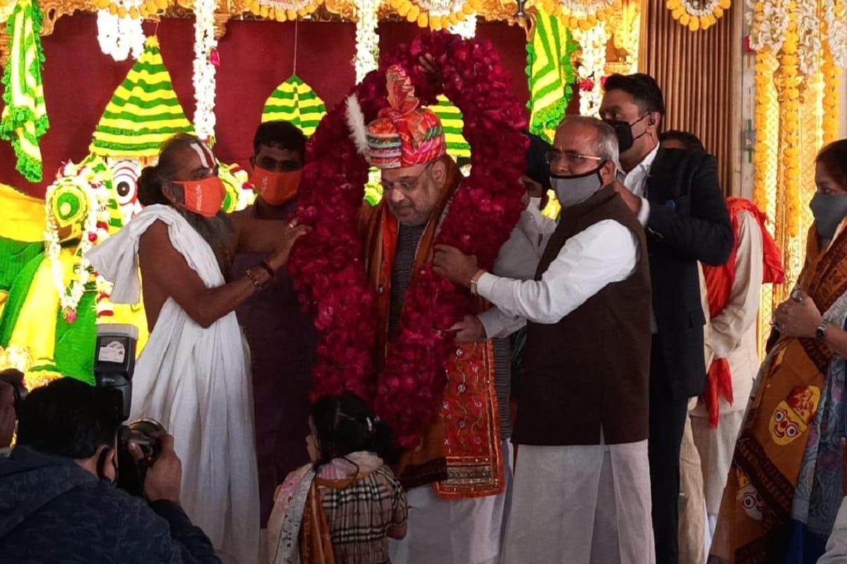 વિભુ પટેલ, અમદાવાદ : આજે કેન્દ્રીય ગુહમંત્રી અમિત શાહ (Amit Shah) ઉત્તરાયણની (uttarayan) ઉજવણી પોતાના પરિવાર સાથે કરવા માટે અમદાવાદ (Ahmedabad) આવ્યા છે. આજે મકરસંક્રાંતિના પાવન પર્વે ગૃહમંત્રી અમિત શાહે પરિવાર સાથે ભગવાન જગન્નાથના દર્શન કર્યા હતા. ત્યારે અમિત શાહ પુત્રની પુત્રીને પણ આંગળીએ પકડીને મંદિર લઈ આવ્યા.કેન્દ્રીય ગુહમંત્રી અમિત શાહ પોતાના પરિવાર સાથે ભગવાન જગન્નાથ મંદિરે ભગવાન જગન્નાથના ચરણોમાં શીશ ઝુકાવી આશીર્વાદ લીધા અને ભગવાન જગન્નાથની આરતી કરી.