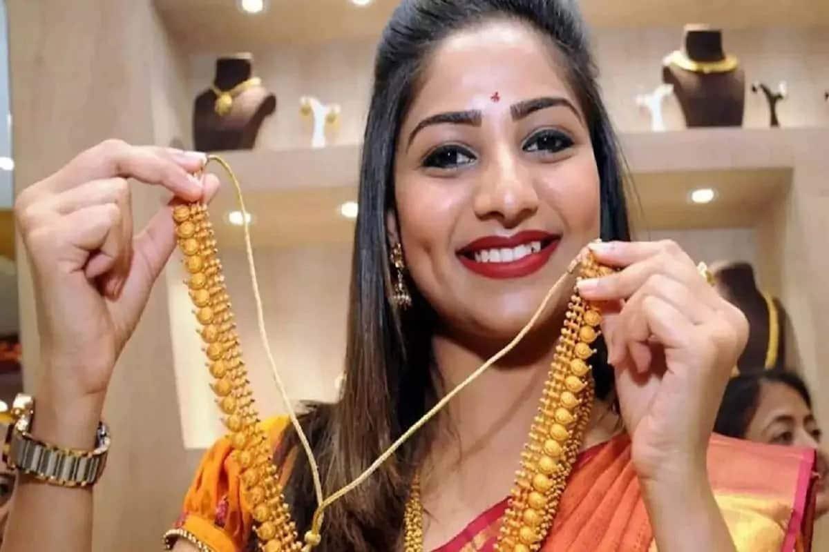 અમદાવાદઃ ન્યૂયોર્કના કોમોડિટી એક્સચેન્જ કોમેક્સ ઉપર બંને કિંમતી ધાતુઓમાં નરમાઈ જોવા મળી હતી. જેના પગલે આજે ભારતીય બજારોમાં પણ સોના-ચાંદીના ભાવમાં (Gold-Silver Price today) ઘટાડો નોંધાયો હતો. અમદાવાદ બુલિયન માર્કેટમાં (Ahmedabad bullion market) સતત ચાર દિવસ સુધારા બાદ આજે સોનાના ભાવમાં (Gold price today) ઘટાડો નોંધાયો હતો. જ્યારે એક કિલો ચાંદીની કિંમતોમાં (silver price today) પણ કડાકો બોલાયો હતો. (પ્રતિકાત્મક તસવીર)