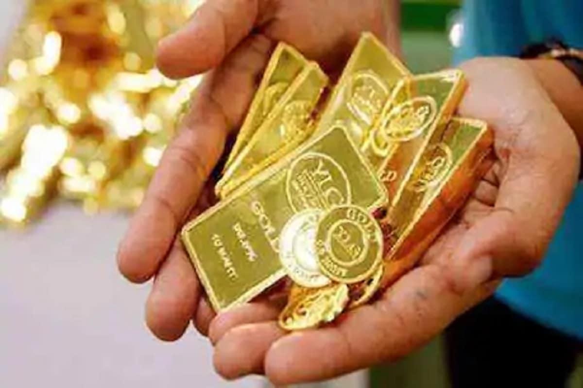 અમદાવાદ ચાંદીનો ભાવ (Silver Price, 23 January 2021) - અમદાવાદ બુલિયન માર્કેટમાં આજે શનિવારે એક કિલો ચાંદીના ભાવમાં 500 રૂપિયાનો વધારો થતાં ચોરસા 67,000 અને ચાંદી રૂપું 66,800 રૂપિયાના સ્તરે પહોંચી હતી. જો કે,શુક્રવારે એક કિલો ચાંદીના ભાવમાં 1500 રૂપિયાનો કડાકો બોલાતા ચોરસા 66,500 અને ચાંદી રૂપું 66,300 રૂપિયાની સપાટીએ બંધ રહી હતી. (પ્રતિકાત્મક તસવીર)