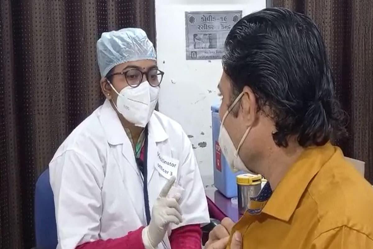 આ રસીથી નાગરિકોને સુરક્ષીત કરવા માટે સમગ્ર દેશમાં ડ્રાયરન કરવામાં આવ્યો છે. નીતિનભાઇ પટેલે રાજ્ય સરકાર દ્વારા કોરોનાના રસીકરણ સંદર્ભે ગુજરાતે કરેલ આયોજનની વિગતો આપતાં કહ્યું કે, ગુજરાતમાં પ્રથમ તબક્કામાં જે નાગરિકોને રસીથી સુરક્ષીત કરવાના છે તે માટે રાજ્યના આરોગ્ય વિભાગ દ્વારા સંપૂર્ણ આયોજન કરી દેવાયું છે.