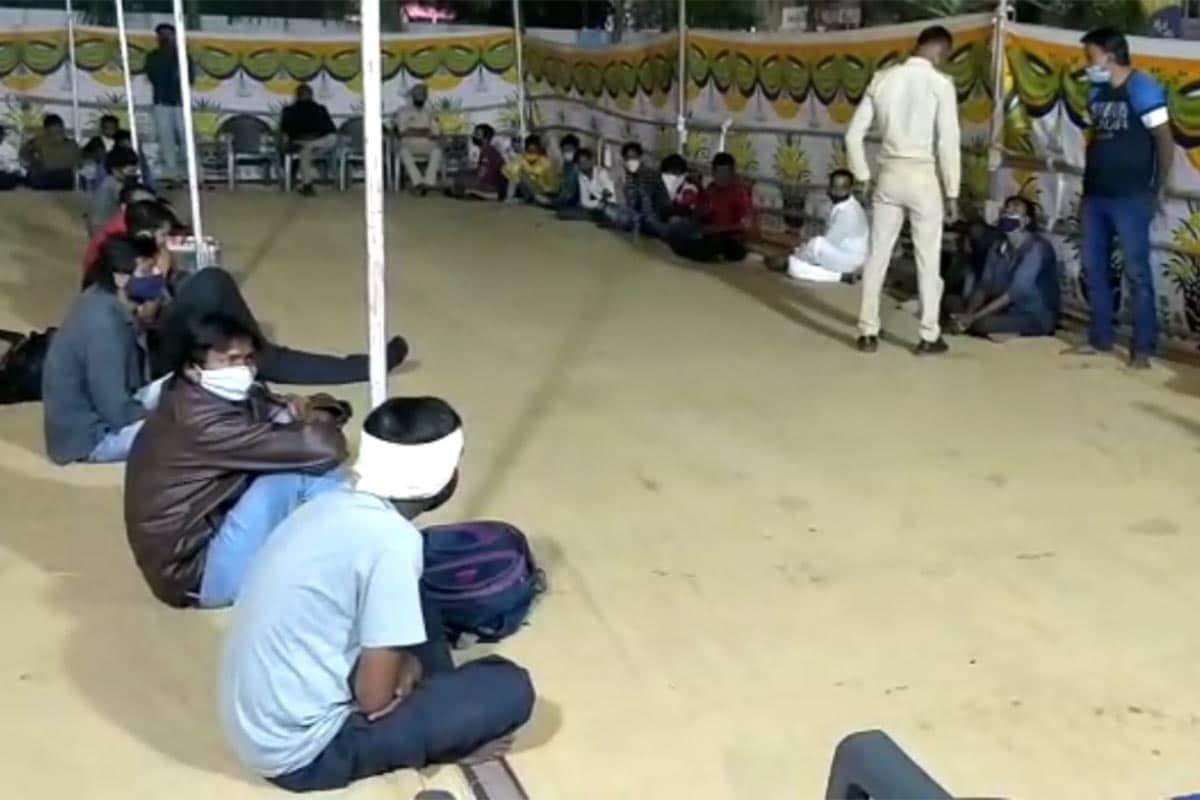 શોખીનો દિવસભર દમણ અને દાદરા નગર હવેલીમાંથી પાર્ટી અને મોજમસ્તી કરી રાજપાટમાં જ ગુજરાતમાં પરત ફર્યા હતા. આ લોકોનું પોલીસે અનોખું 'સ્વાગત' કર્યું હતું. દમણમાંથી ગુજરાતમાં દારૂનો નશો કરીને પરત ફરતા આવા શોખીનોને સબક શીખવવા માટે વલસાડ જિલ્લા પોલીસ ખડેપગે તૈનાત હતી. શરાબ અને પાર્ટીઓના શોખીનોને સબક શીખવાડવા દમણ અને ગુજરાતની બોર્ડર પર આવેલી ચેકપોસ્ટ પર વલસાડ જિલ્લા પોલીસેસપાટો બોલાવ્યો હતો.