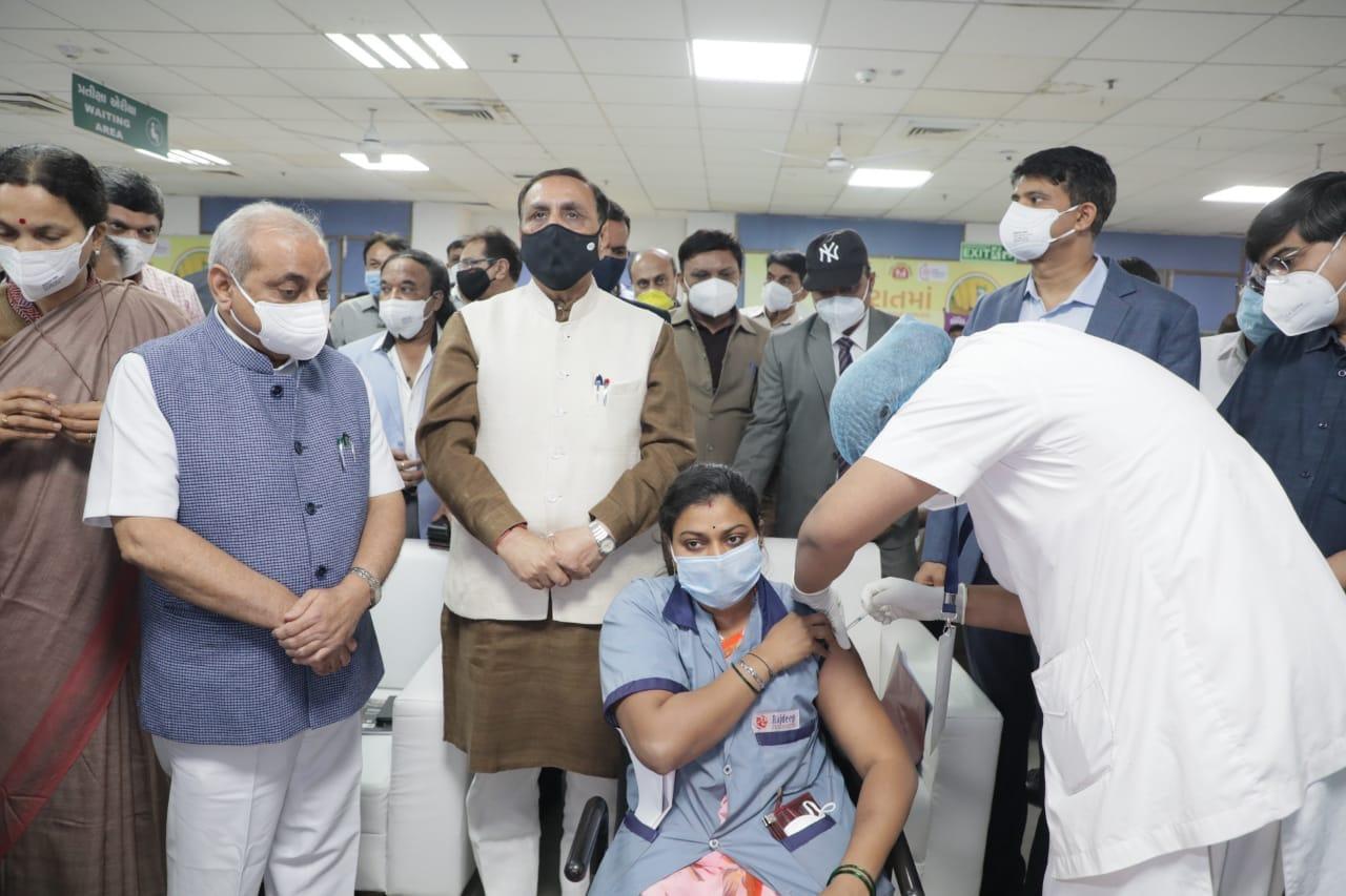 નોંધનીય છે કે, ગુજરાત સરકારે નક્કી કરેલા લક્ષ્યાંક પ્રમાણે આ માસના અંત સુધીમાં જ તમામ આરોગ્યકર્મચારીઓને આ રસી આપી દેવાનું આયોજન છે અને આવતા મહિનેથી પોલીસ, મહેસૂલ તથા પંચાયતના ફ્રન્ટલાઇનવર્કર્સ તથા 50થી વધુ વયના લોકોને રસી આપવાનું શરૂ કરાશે.<br />નોંધનીય છે કે, ગુજરાત સરકારે નક્કી કરેલા લક્ષ્યાંક પ્રમાણે આ માસના અંત સુધીમાં જ તમામ આરોગ્યકર્મચારીઓને આ રસી આપી દેવાનું આયોજન છે અને આવતા મહિનેથી પોલીસ, મહેસૂલ તથા પંચાયતના ફ્રન્ટલાઇનવર્કર્સ તથા 50થી વધુ વયના લોકોને રસી આપવાનું શરૂ કરાશે.