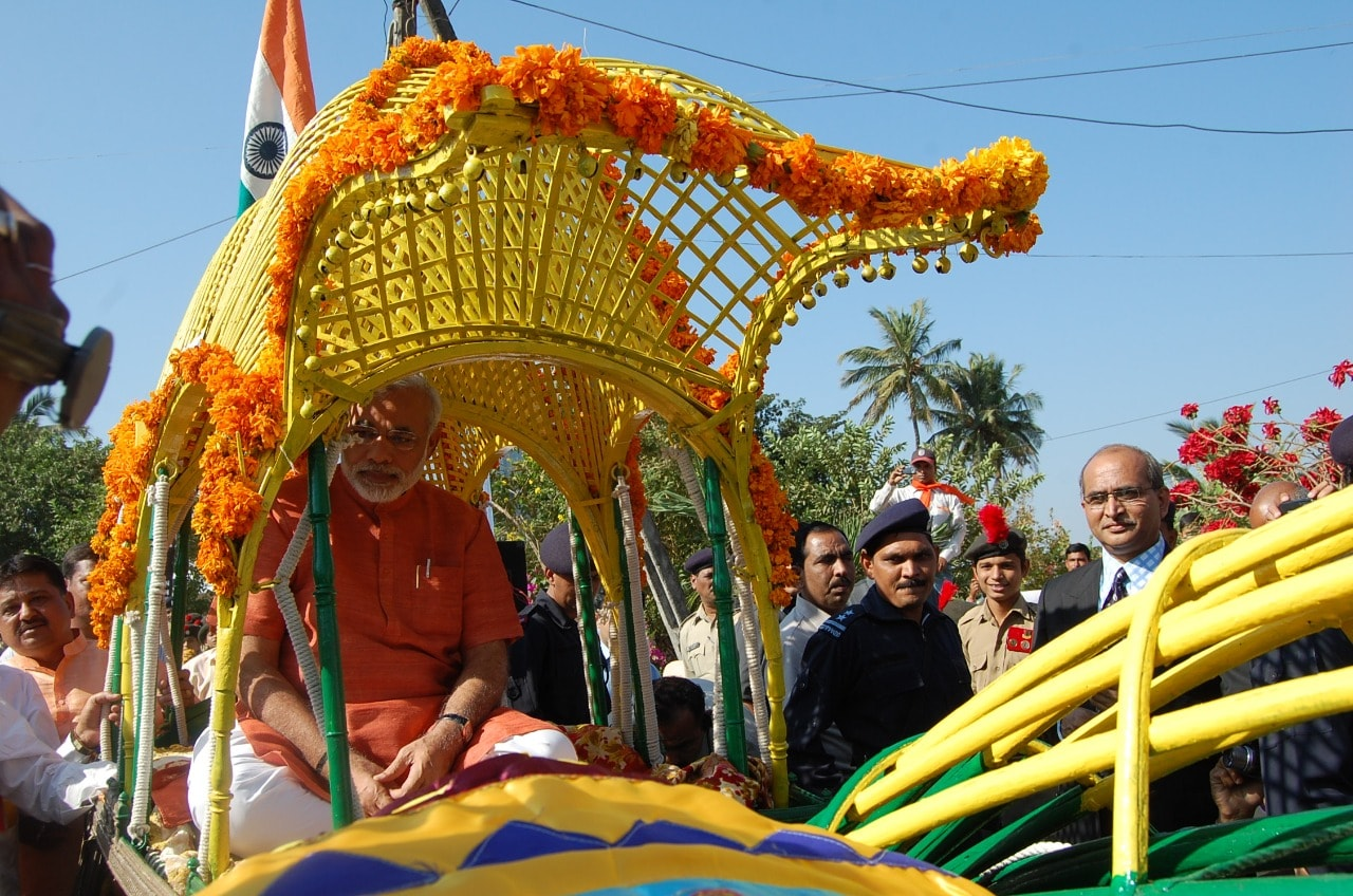 """વડાપ્રધાન નરેન્દ્ર મોદીએ શુક્રવારે કરેલી શ્રેણીબદ્ધ ટ્વીટમાં જણાવ્યું હતું કે, """"આવતીકાલે, ભારત મહાન નેતાજી સુભાષચંદ્ર બોઝની જન્મજયંતિ નિમિત્તે #ParakramDivasની ઉજવણી કરશે. સમગ્ર દેશમાં યોજાઇ રહેલા વિવિધ કાર્યક્રમો પૈકી એક વિશેષ કાર્યક્રમ ગુજરાતના હરિપુરા ખાતે યોજાઇ રહ્યો છે. બપોરે 1 વાગ્યાથી શરૂ થઇ રહેલા આ કાર્યક્રમમાં જરૂર જોડાઓ."""