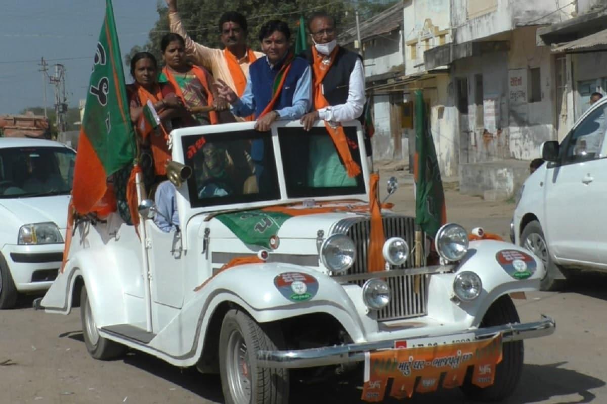 કેતન પટેલ, મહેસાણાઃ સ્થાનિક સ્વરાજની ચૂંટણીના (Gujarat local body polls) મતદાનના (polling day) આડે હવે એક દિવસ બાકી રહ્યો છે ત્યારે ચૂંટણી પ્રચાર (election campaign) જોરશોરથી થઈ રહ્યો છે. રાજકિય પક્ષો મતદાતાઓને આકર્ષવા માટે અલગ અલગ રીતો અપવનાવતા હોય છે ત્યારે મહેસાણા જિલ્લા પંચાયતના જોટાણા બેઠકના (jotana seat) ભાજપના ઉમેદવાર (BJP candidate) વિન્ટેજકારમાં (Vintagecar) ચૂંટણી પ્રચાર કરવા માટે નીકળ્યા હતા. આ વિન્ટેજ કાર ચૂંટણી પ્રચારમાં આકર્ષણનું કેન્દ્ર બની હતી.