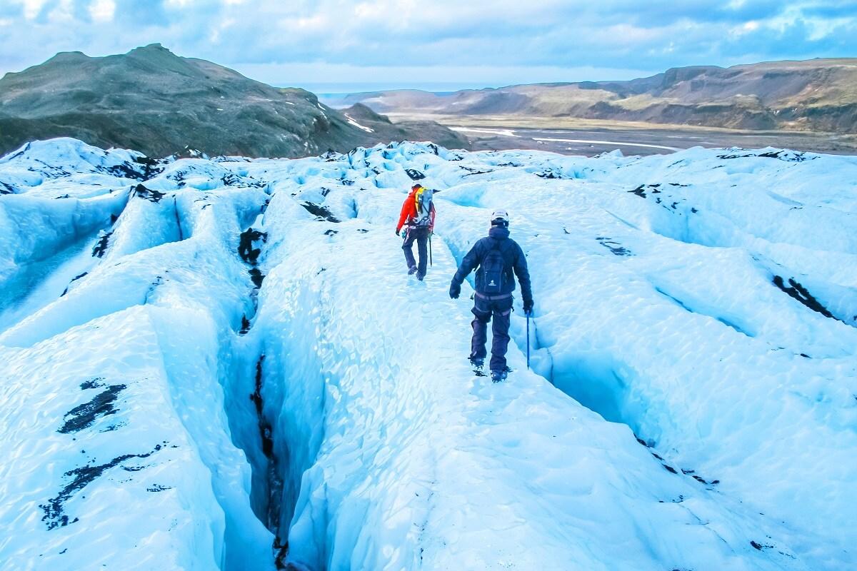 પર્વતીય ગ્લેશિયલ (Glacier) ઘણી વખત ખતરનાક થઇ જાય છે. આમ તો ગ્લેશિયર ઘાટી (Valley)તરફ ધીમે ધીમે વહેવાં લાગે છે. પણ કેટલાંક ગ્લેશિયરમાં સંપૂર્ણ બરફ (Ice) પહેલાં એકદમ નથી વહેતી. પણ હિમસ્ખલન (Avalanche)નું રૂપ લે છે. જેમાં મોટી માત્રામાં બરફ ઘાટીમાં પડે છે. જેમ ચમોલી (Chamoli)ની નીતિ ઘાટીમાં થયું. આ વિશાળ માત્રાની બરફનો એક સાથે મોટો હિસ્સો વહેતા વહેતા આસપાસની તમામ વસ્તુઓ ઢાંકી લે છે. એટલું જ નહીં આ દરમિયાન બરફનાં અલગ અલગ હિસ્સા અલગ અલગ ગતિથી વહે છે. ઉપરી હિસ્સામાં ઘણી તિરાડ આવી જાય છે જે સહેલાઇથી ફાટી જાય છે. જે પર્વતારોહિયો (Mountaineers) માટે ખુબજ ખતરનાક હોય છે. (Photo Credit:shutterstock)